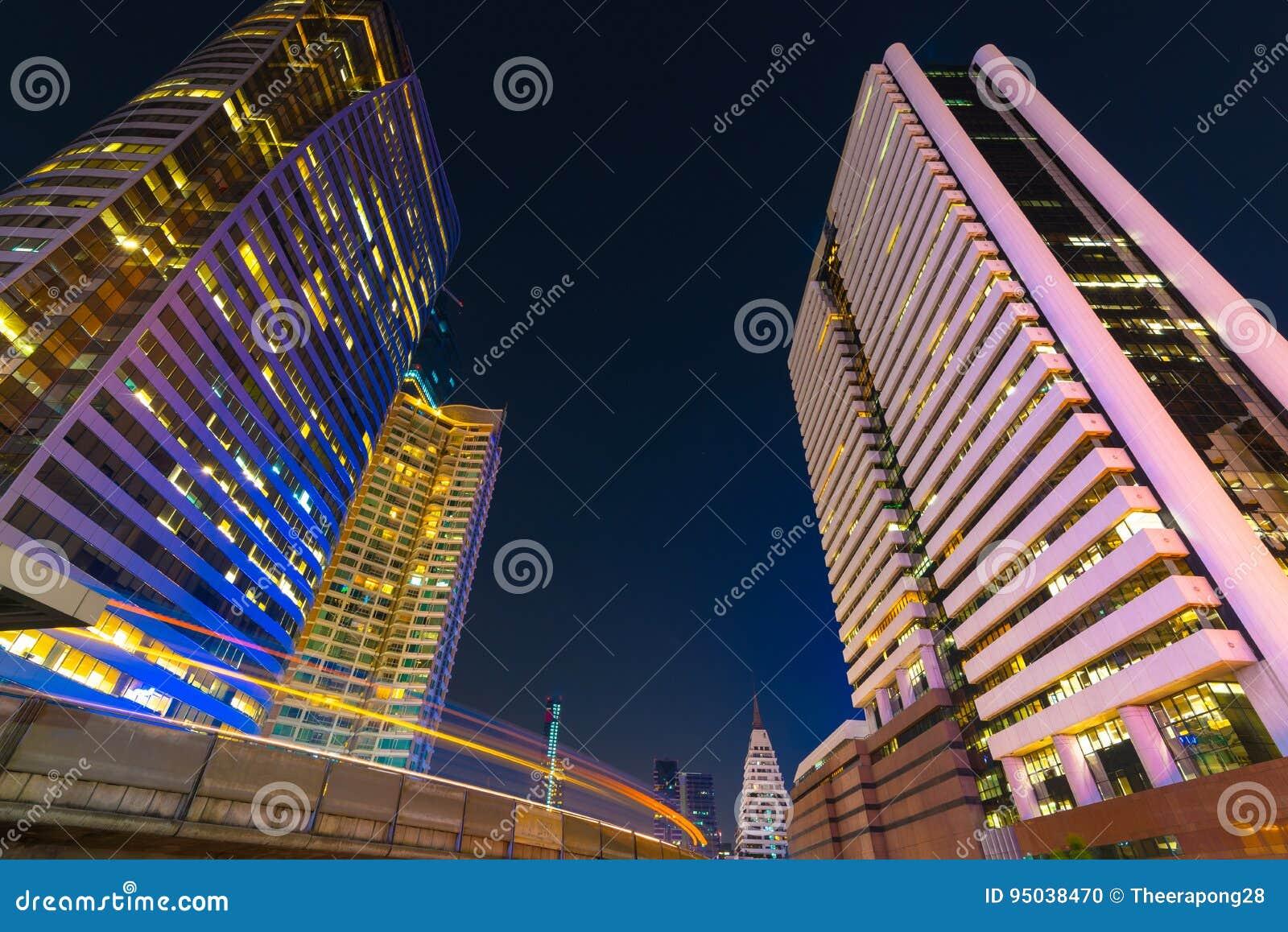 Foto av yttre kommersiella kontorsbyggnader Nattsikt på bot
