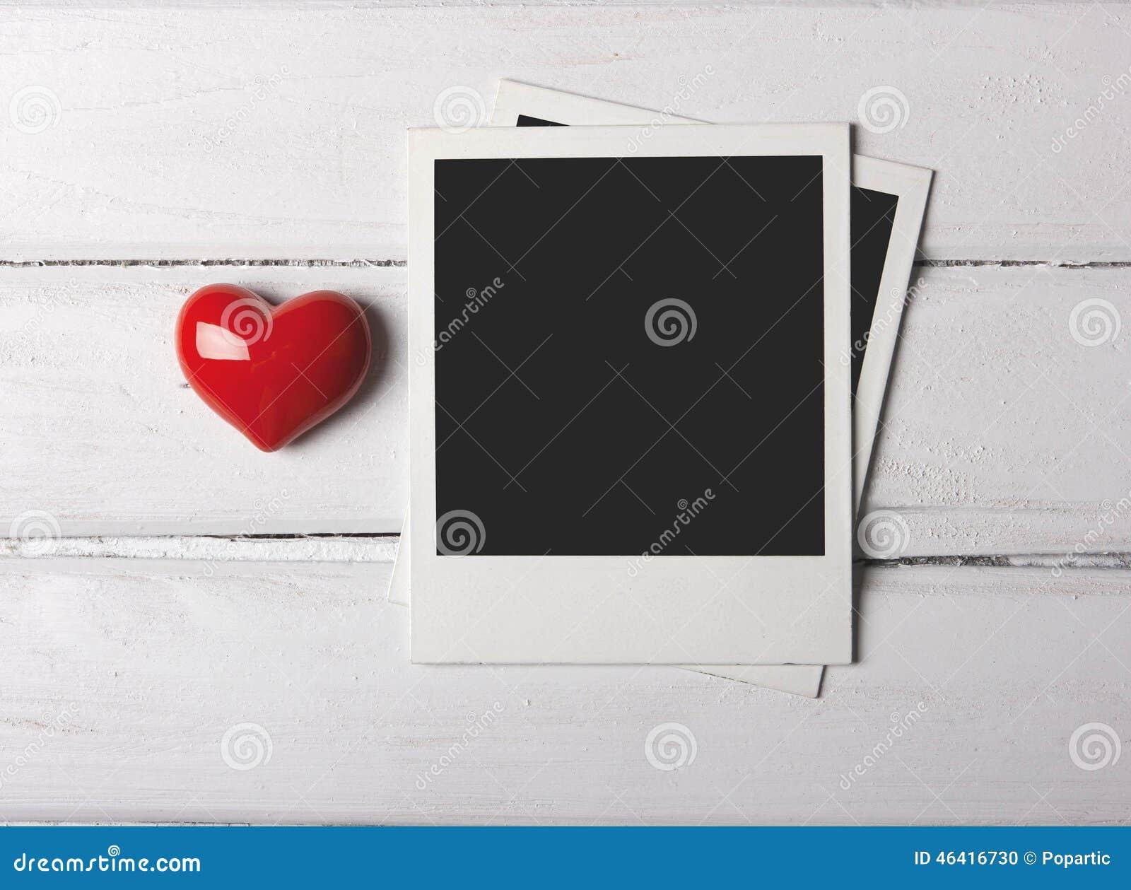 Foto in bianco della polaroid con cuore rosso
