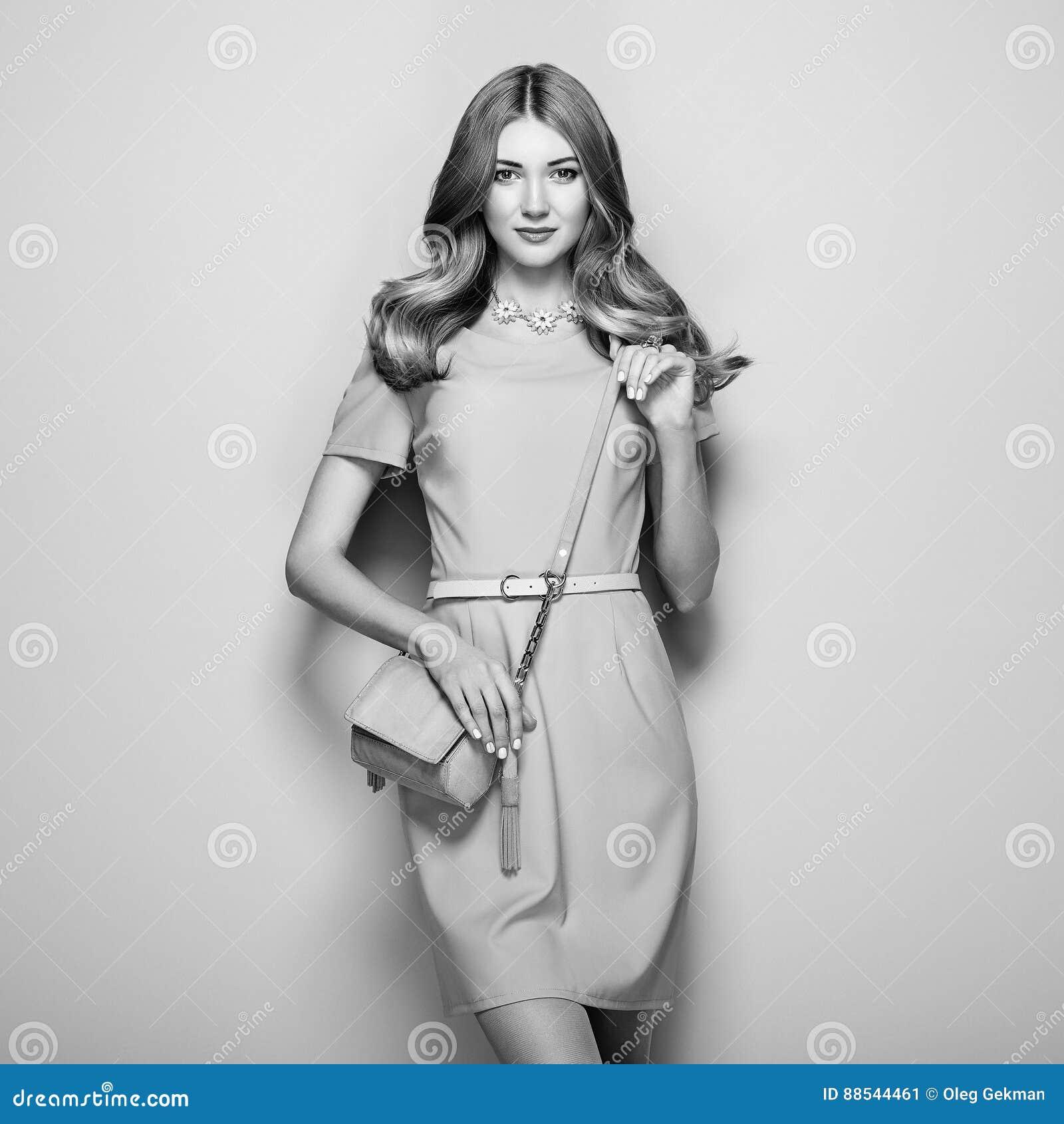 Vestiti Eleganti Bianco E Nero.Foto In Bianco E Nero Della Giovane Donna In Vestito Elegante