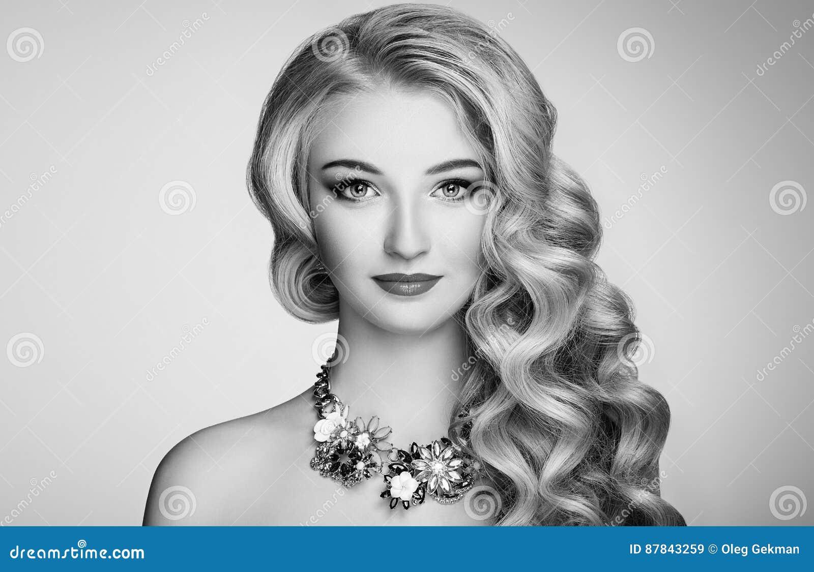 ebe88d2f7d Foto blanco y negro de la mujer hermosa con el peinado elegante Muchacha  rubia con el pelo ondulado largo Joyería y maquillaje Modelo del estilo de  la ...