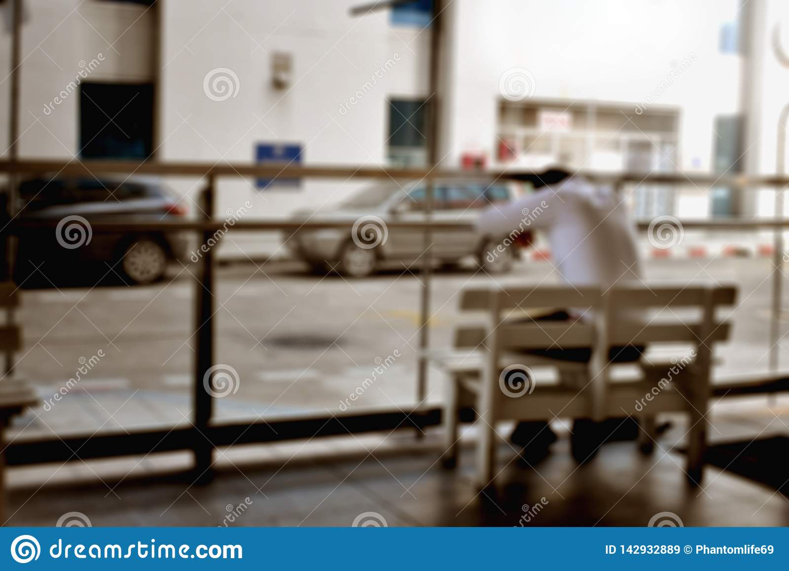 Foto borrosa del hombre cansado que se sienta en el banco