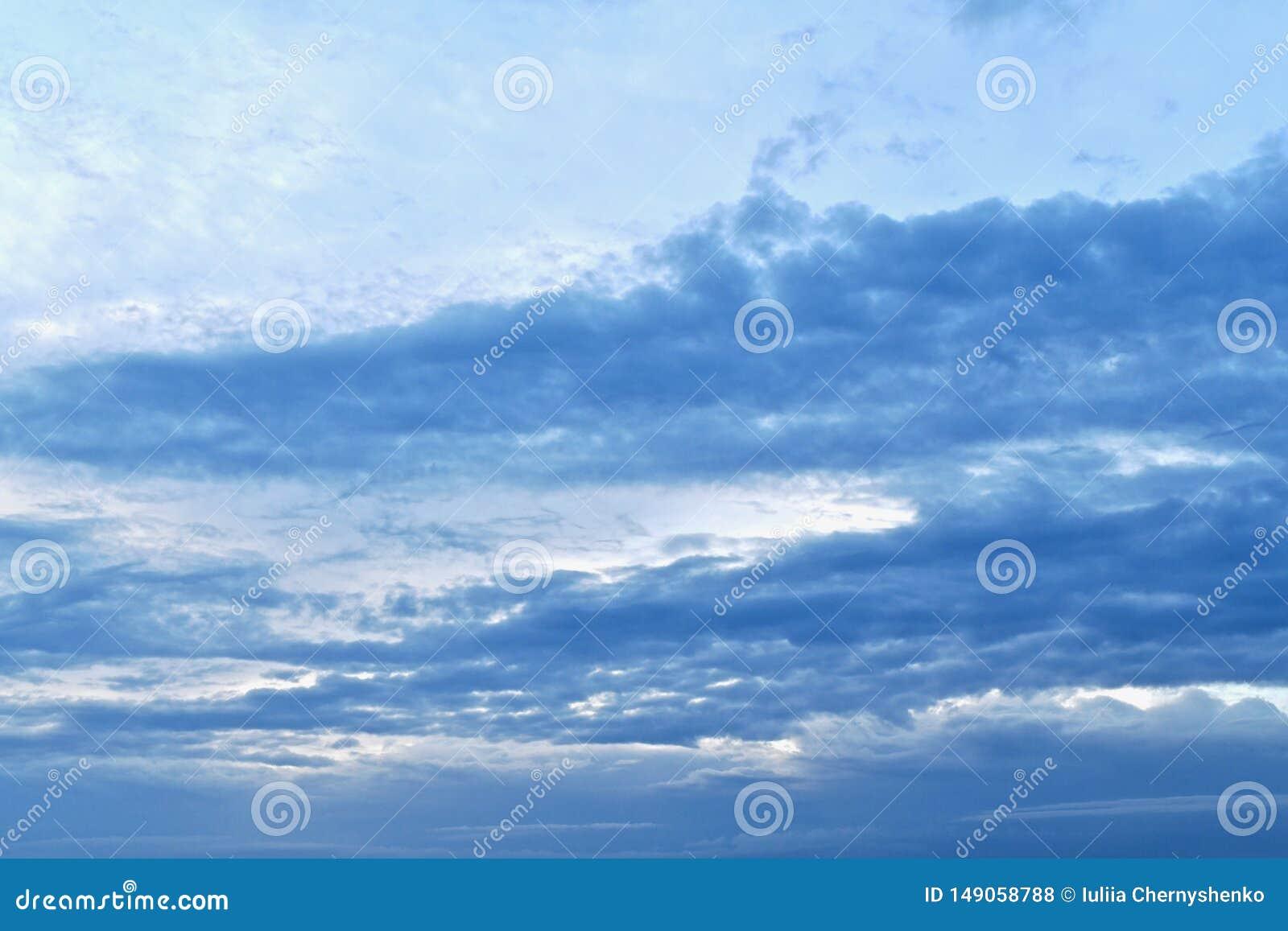 Foto con una pendiente azul, de la luz a la oscuridad