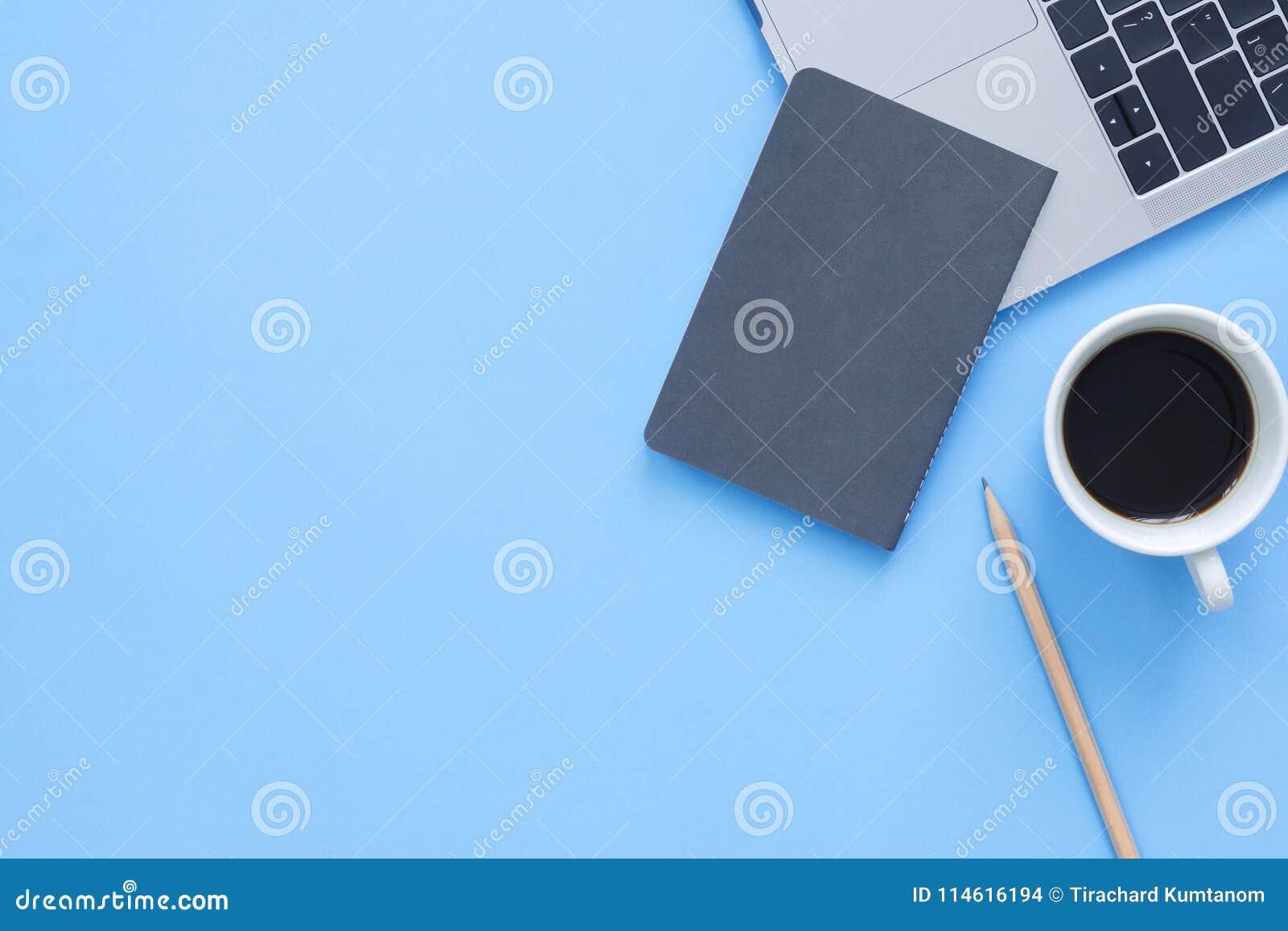 Foto creativa de la endecha del plano del escritorio del espacio de trabajo Escritorio de oficina de la visión superior con el or