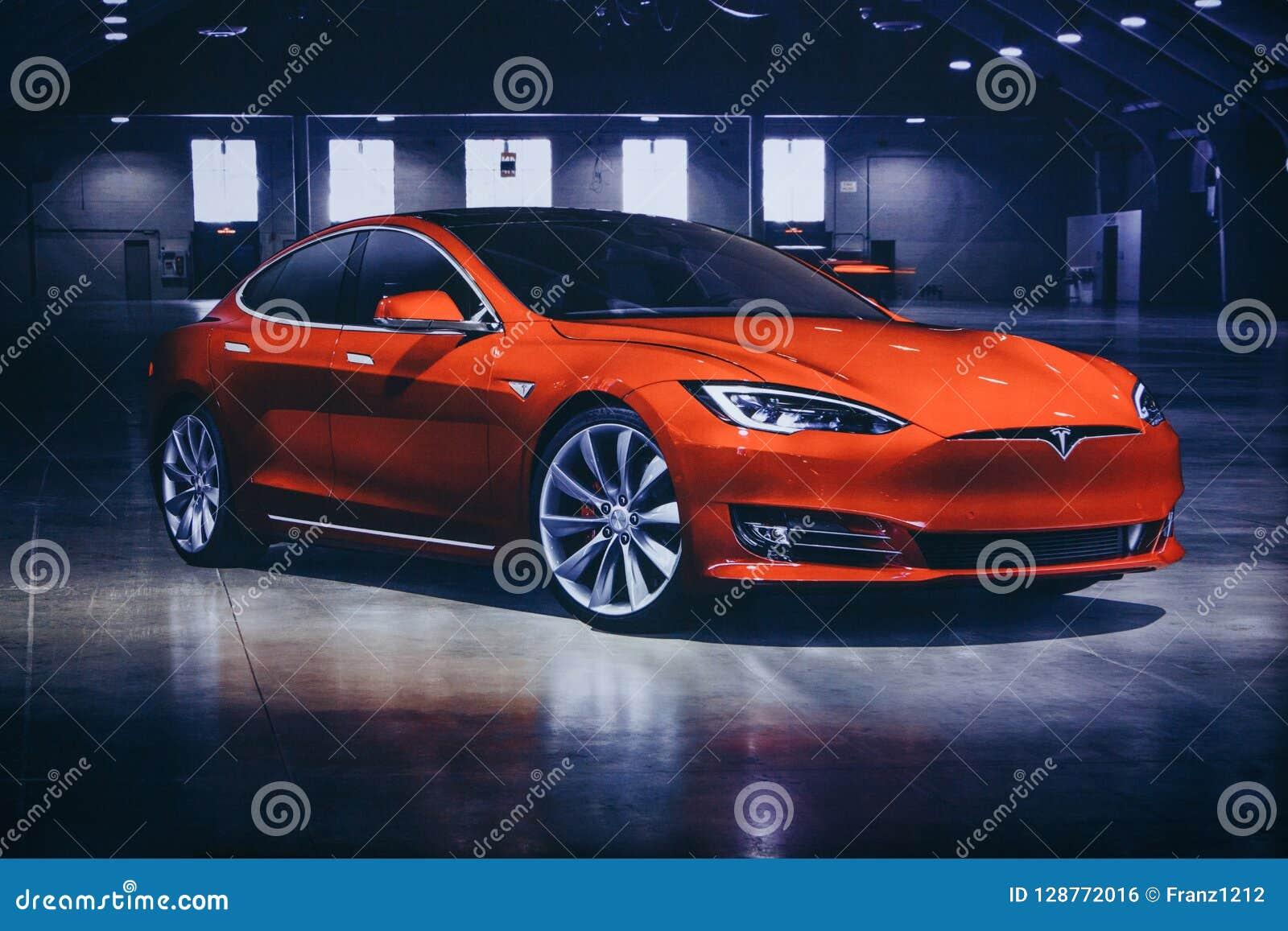 Foto da imagem de um veículo elétrico Tesla na exposição automóvel de Tesla em Berlim Um carro bonde moderno
