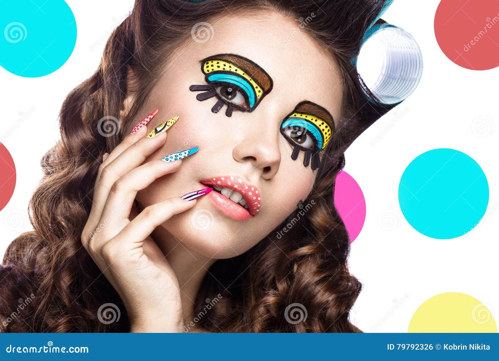 Foto da jovem mulher surpreendida com composição do pop art e tratamento de mãos cômicos profissionais do projeto Estilo criativo