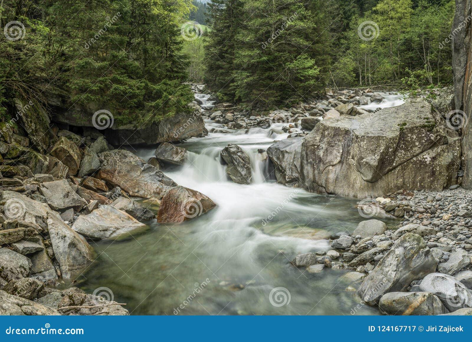 Foto da manhã do rio perto de Ginzling, Áustria