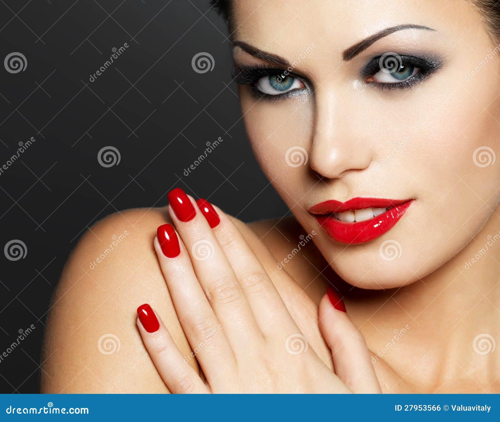 Foto da mulher com os pregos e os bordos vermelhos da forma