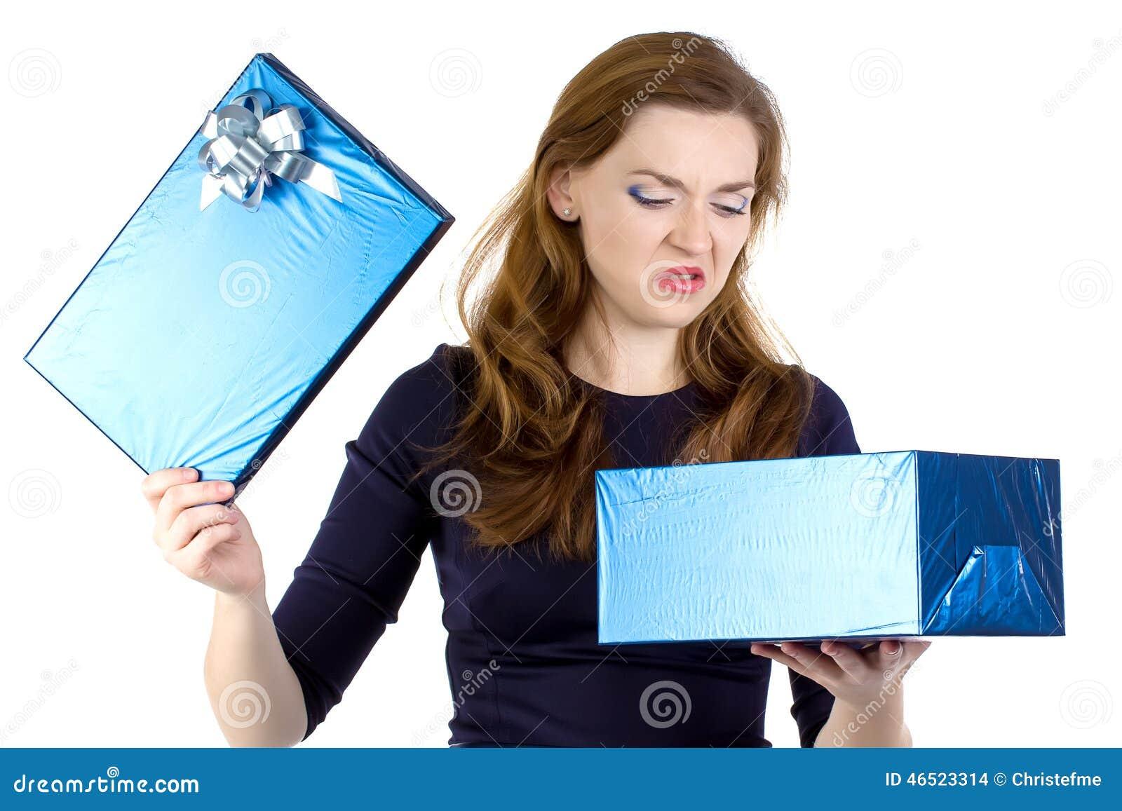 A foto da mulher irritadiço recebeu o presente