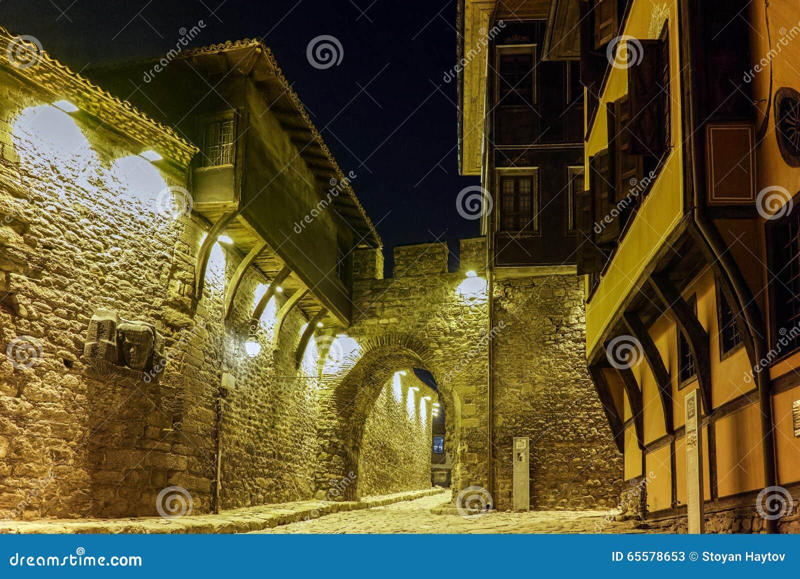 Foto da noite da casa velha e entrada antiga da fortaleza da cidade velha da cidade de Plovdiv, Bulgária
