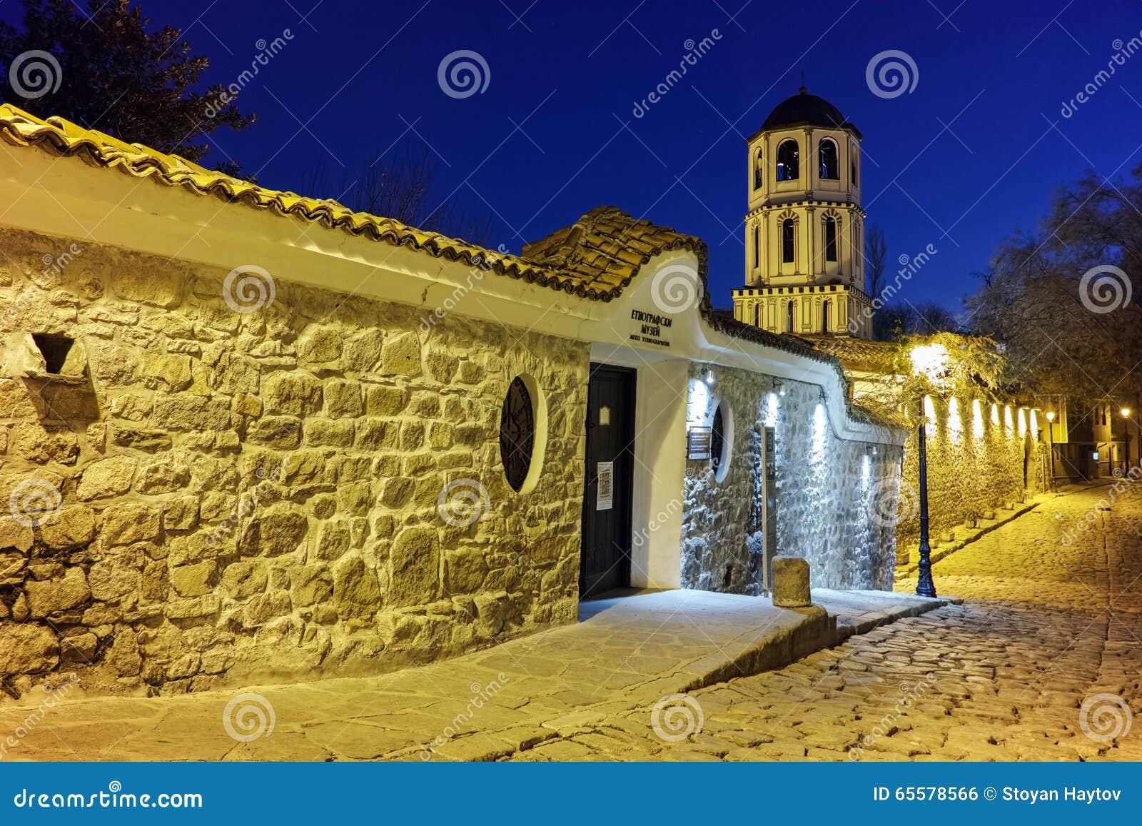 Foto da noite da igreja de St Constantim e St Helena e cidade velha na cidade de Plovdiv, Bulgária