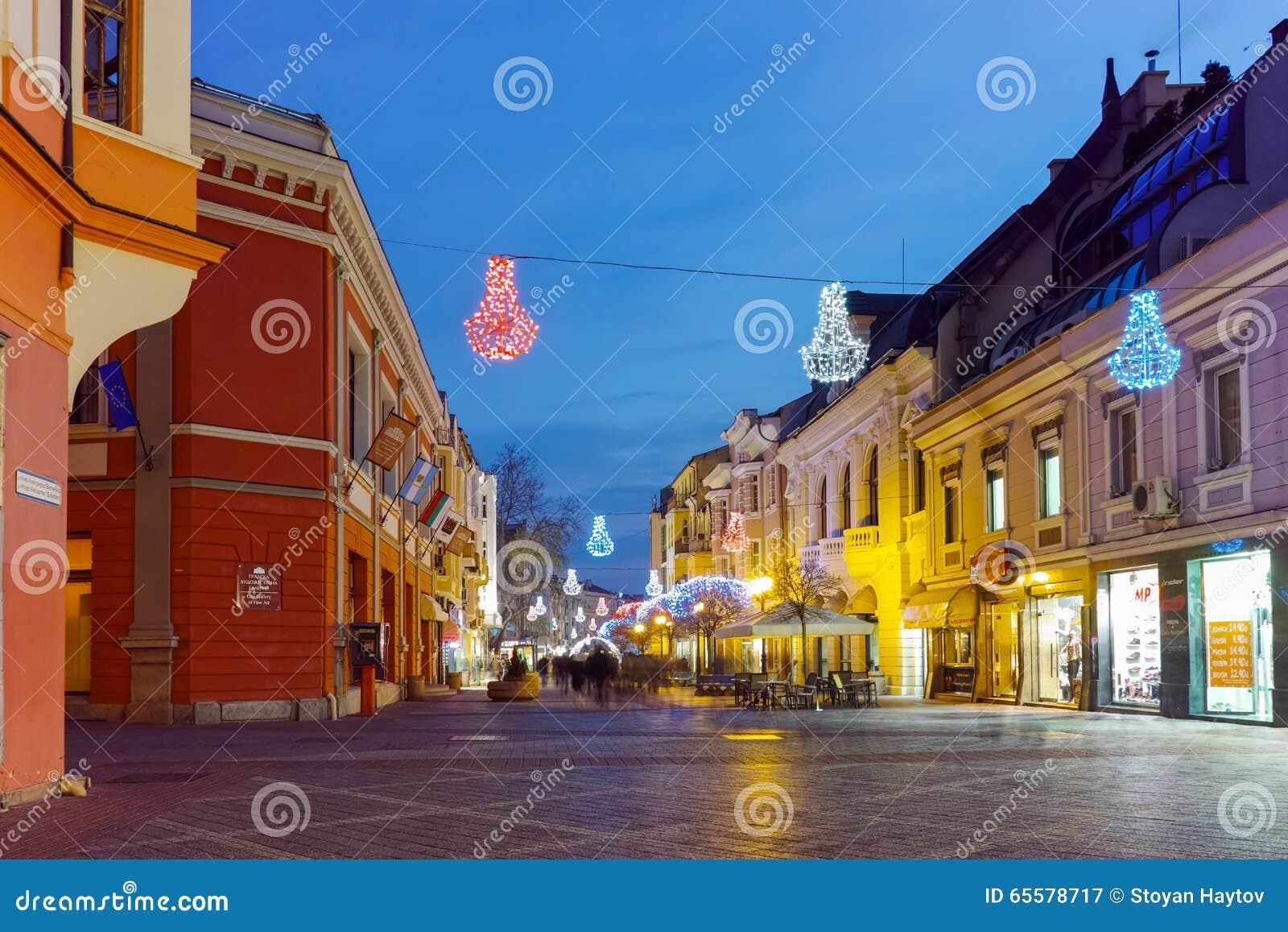 Foto da noite da rua central da cidade de Plovdiv, Bulgária