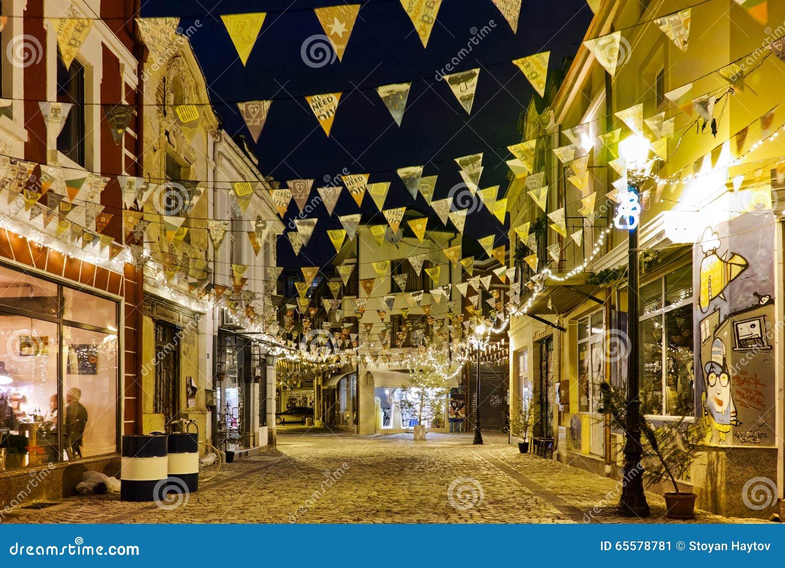 Foto da rua de pedrinha no distrito Kapana, cidade de Plovdiv, Bulgária