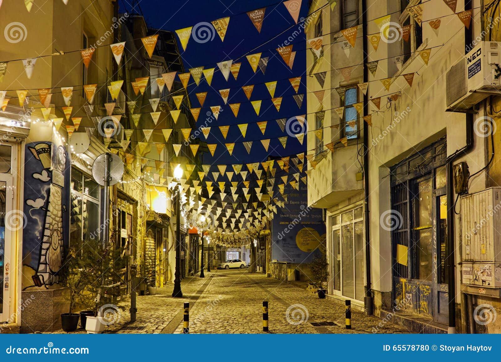 Foto da rua no distrito Kapana, cidade de Plovdiv, Bulgária