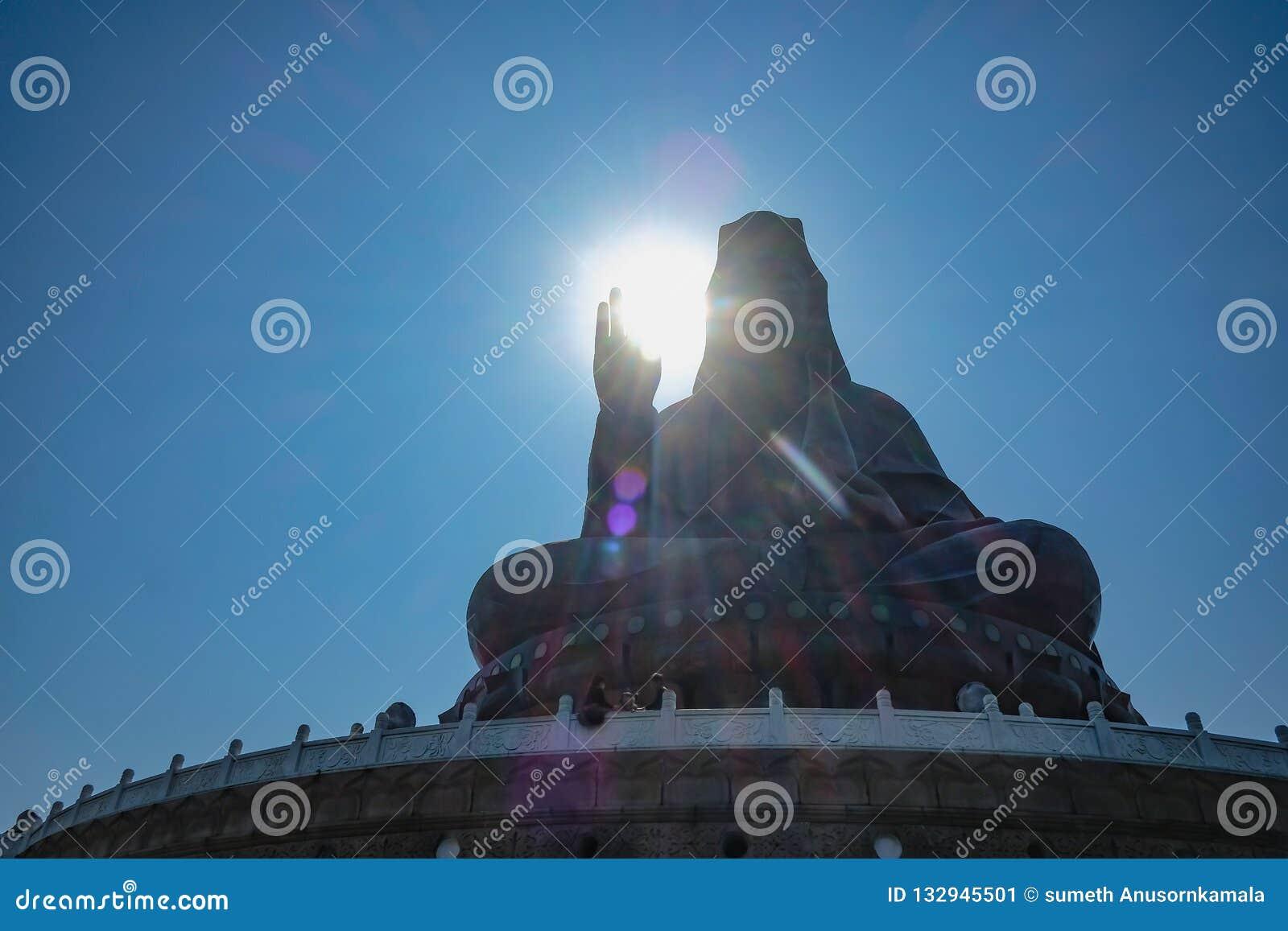 Foto da silhueta de Guanyin buddha ou 'deusa estátua da mercê 'sobre a montanha de Xiqiao