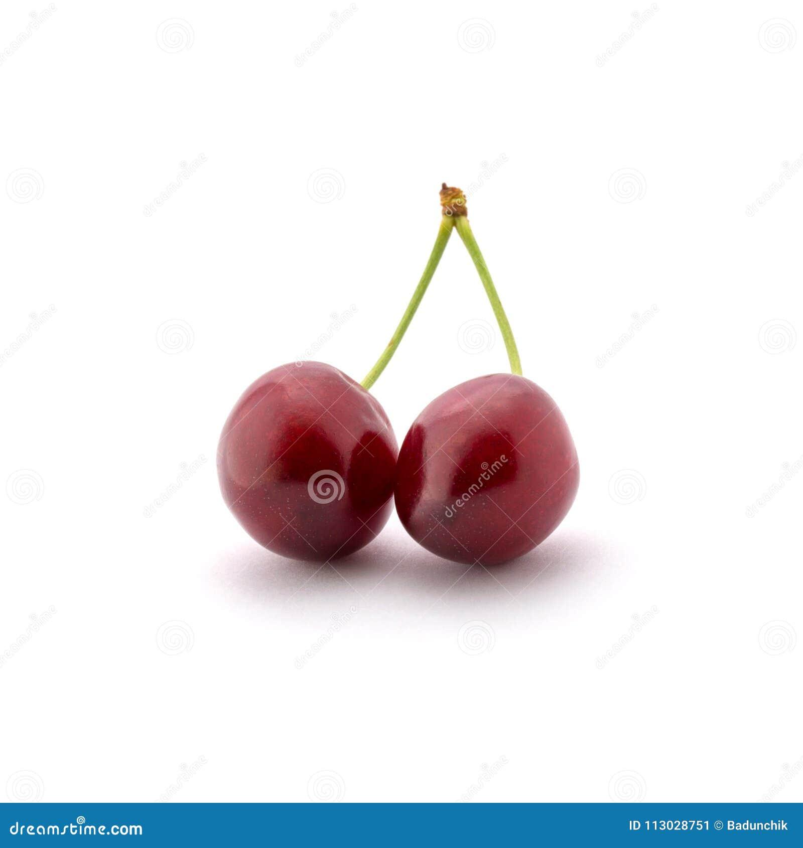 Foto de cerezas rojas con las colas aisladas en el fondo blanco
