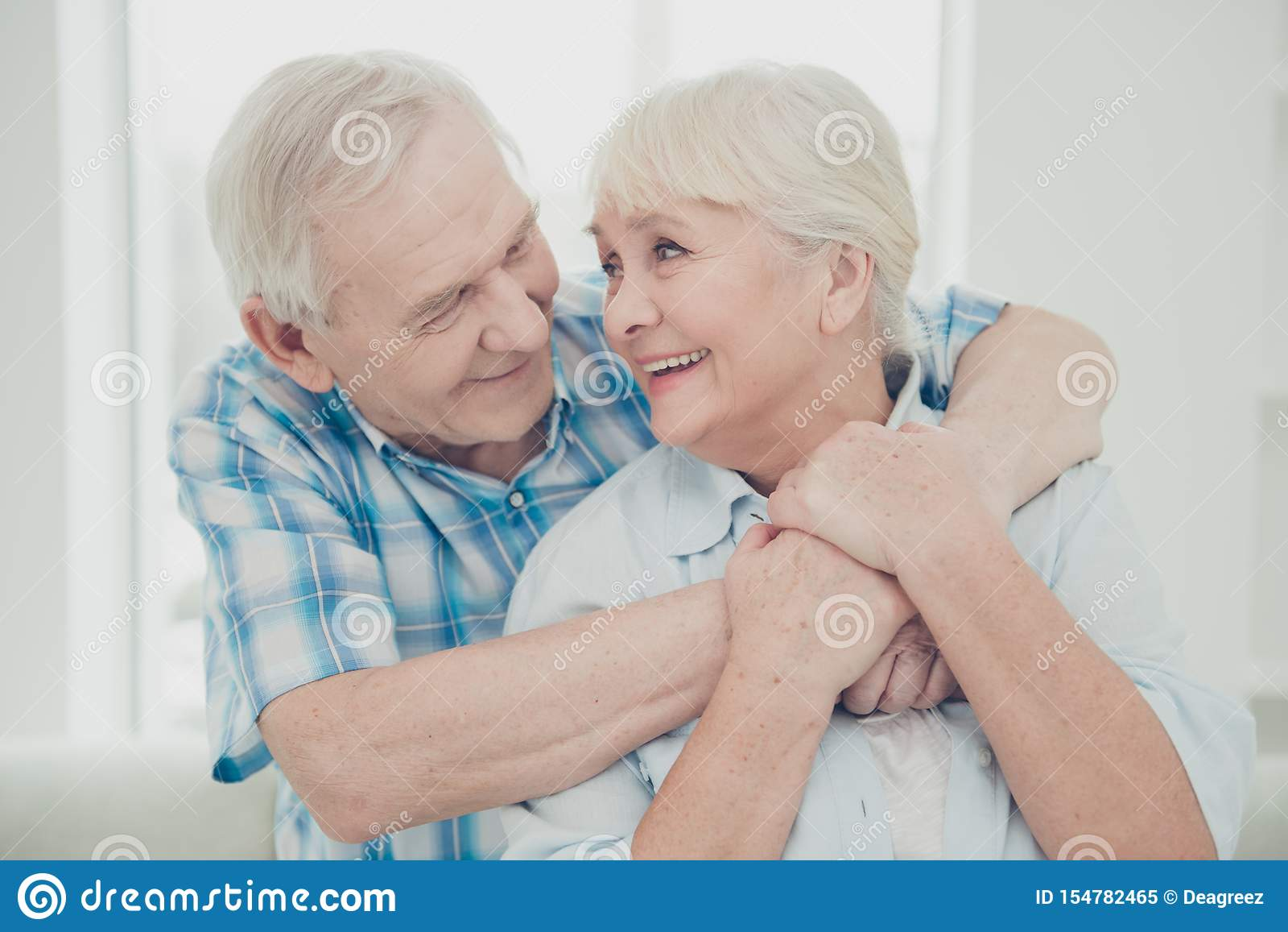 Foto de dois pares consideravelmente envelhecidos dos povos que abraçam os sentimentos do retrato da família do reboque confortáv