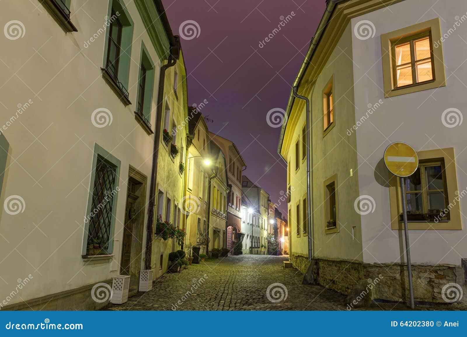 Foto de HDR de la calle y de las casas históricas de la ciudad vieja de Olomouc en la noche, República Checa