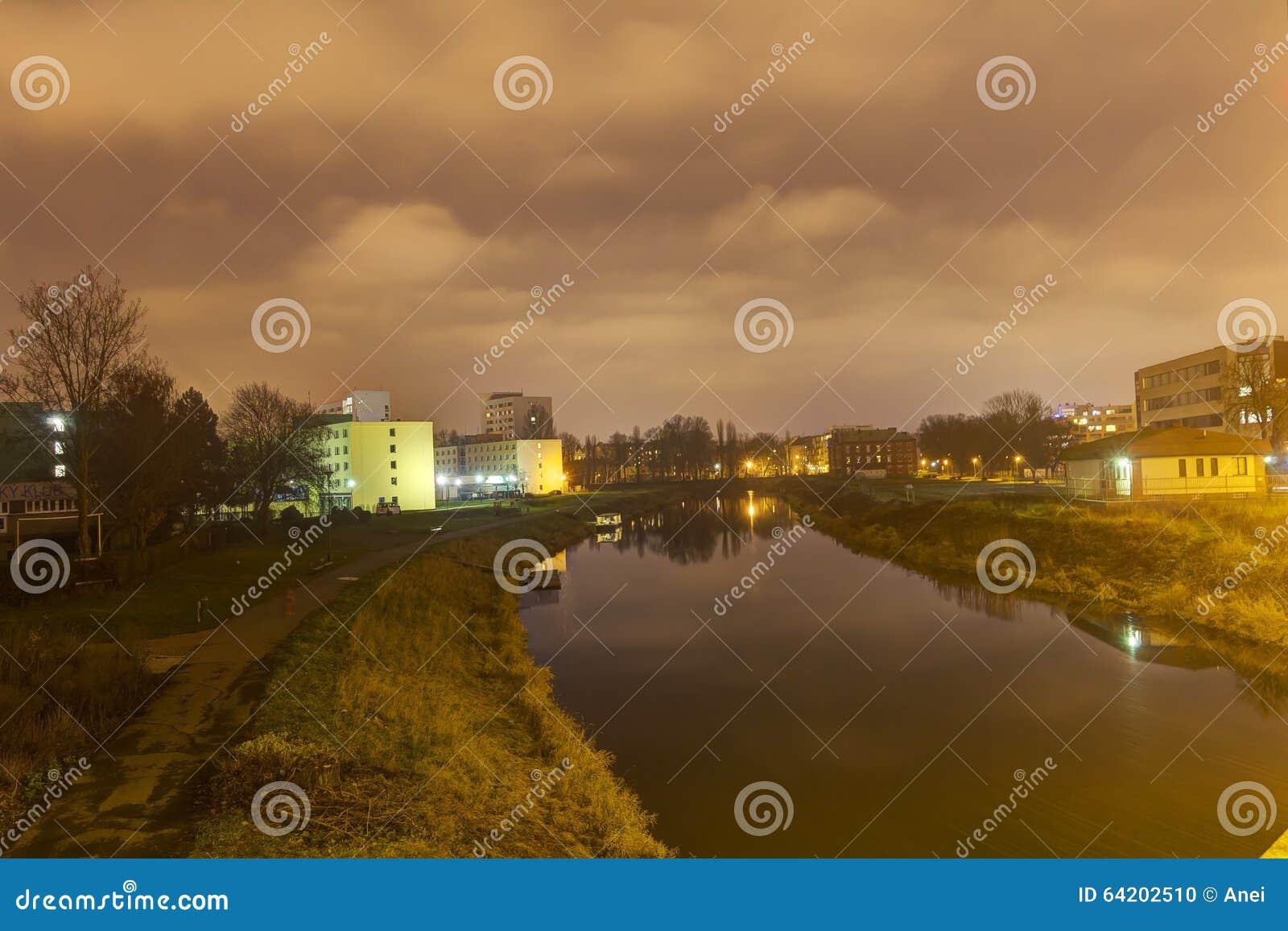 Foto de HDR del río que atraviesa el centro de la ciudad de Olomouc