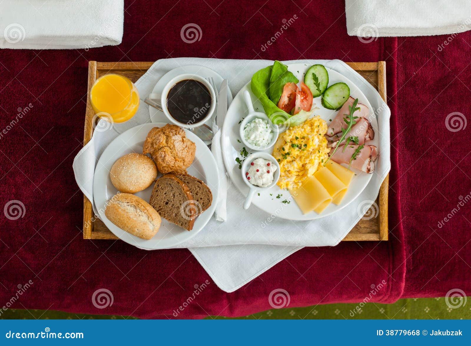 Foto de la bandeja con la comida de desayuno en la cama foto de archivo imagen 38779668 - Bandeja desayuno cama ...