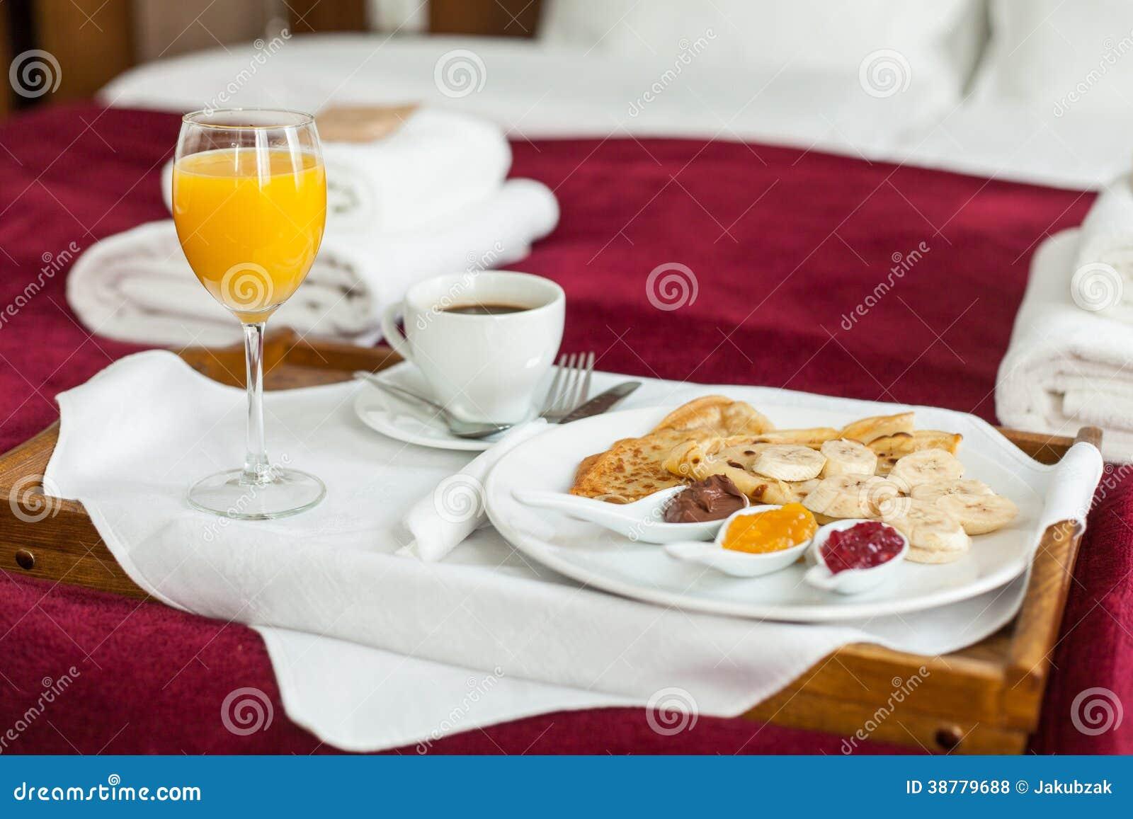 Foto de la bandeja con la comida de desayuno en la cama foto de archivo imagen de cama - Bandeja desayuno cama ...