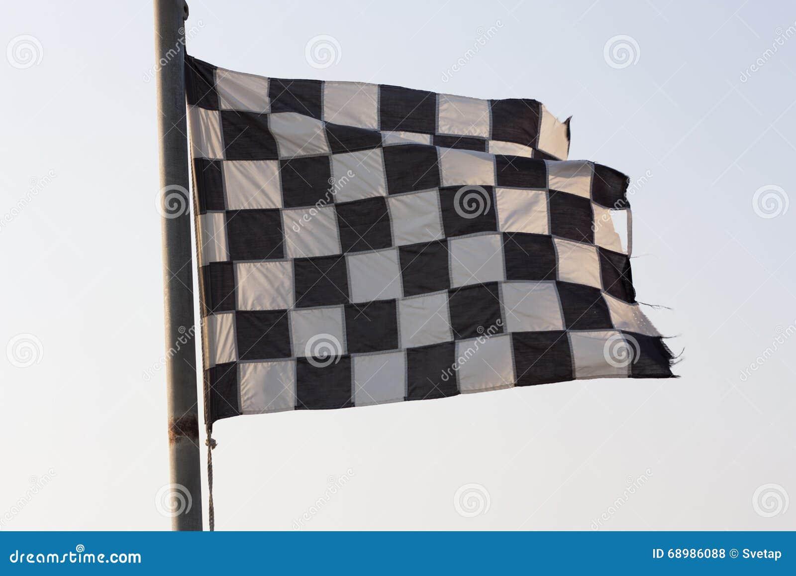 Foto de la bandera a cuadros y del cielo azul