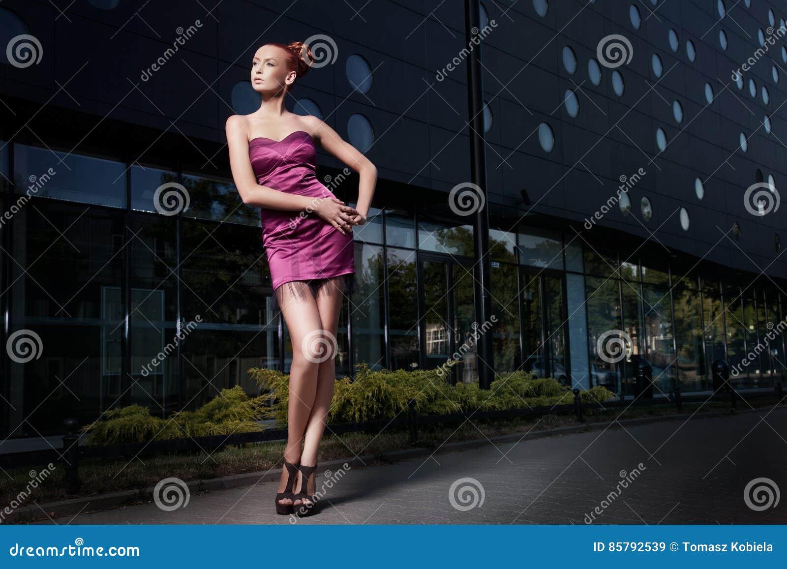 Foto de la bella arte de una mujer hermosa delante de un edificio