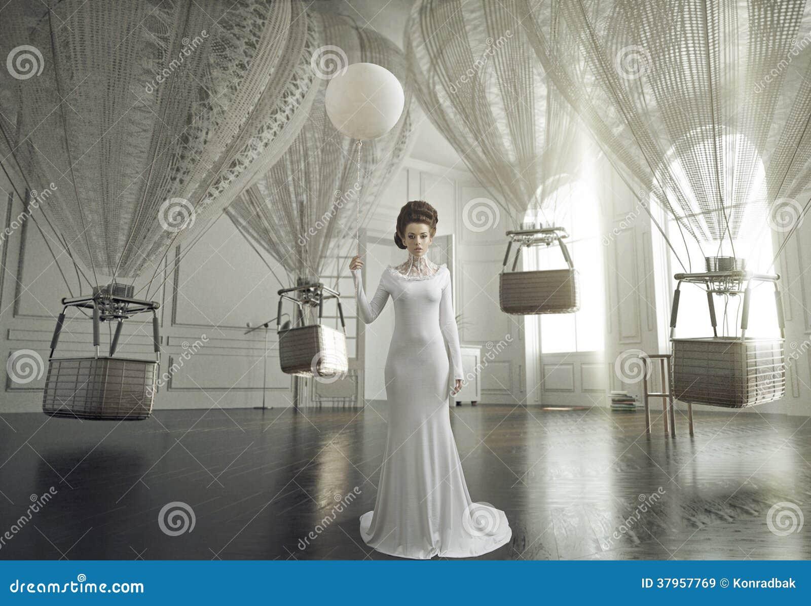 Foto de la bella arte de una señora joven de la moda en un interior elegante