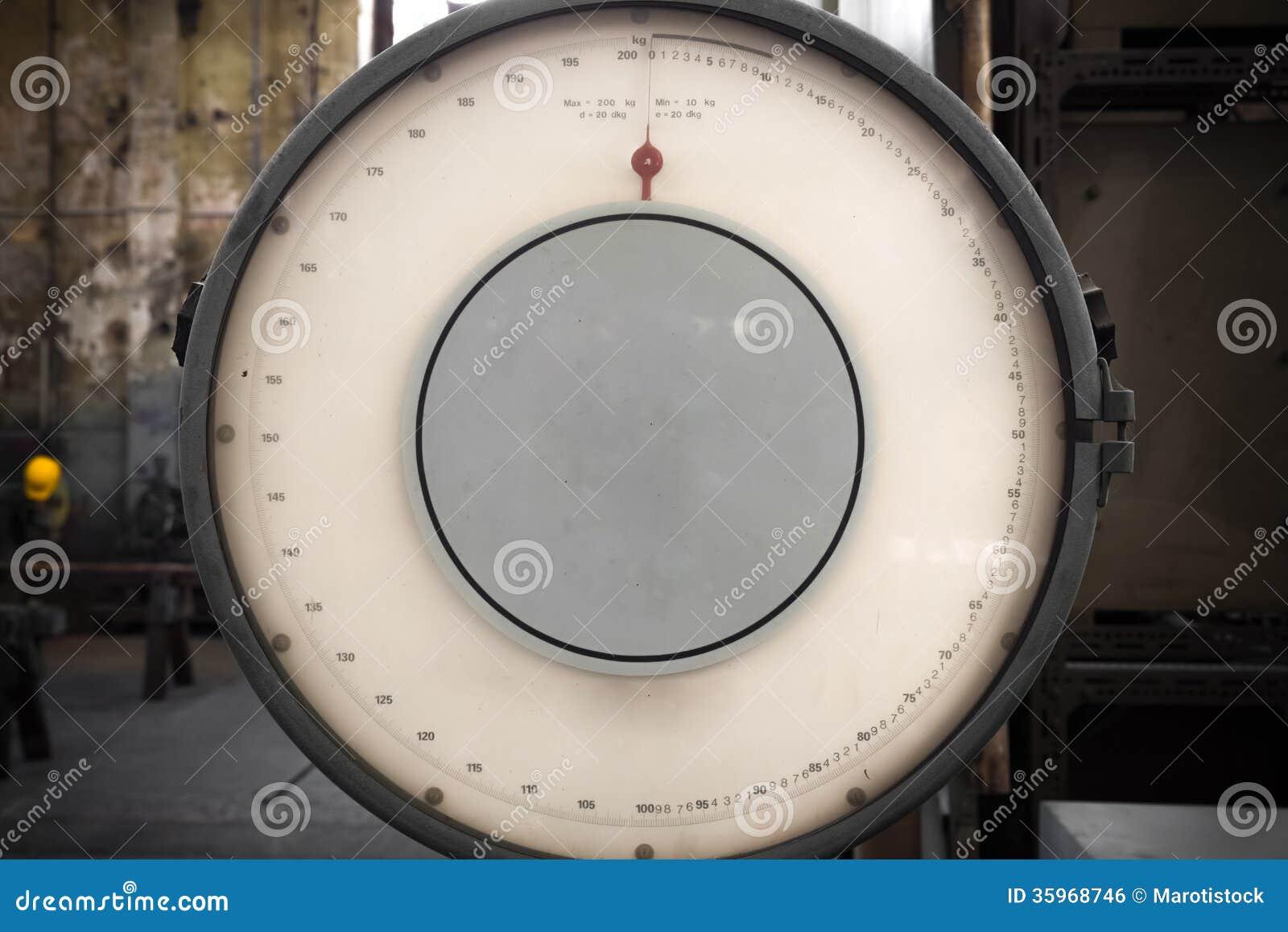 Foto de la escala industrial vieja de la balanza