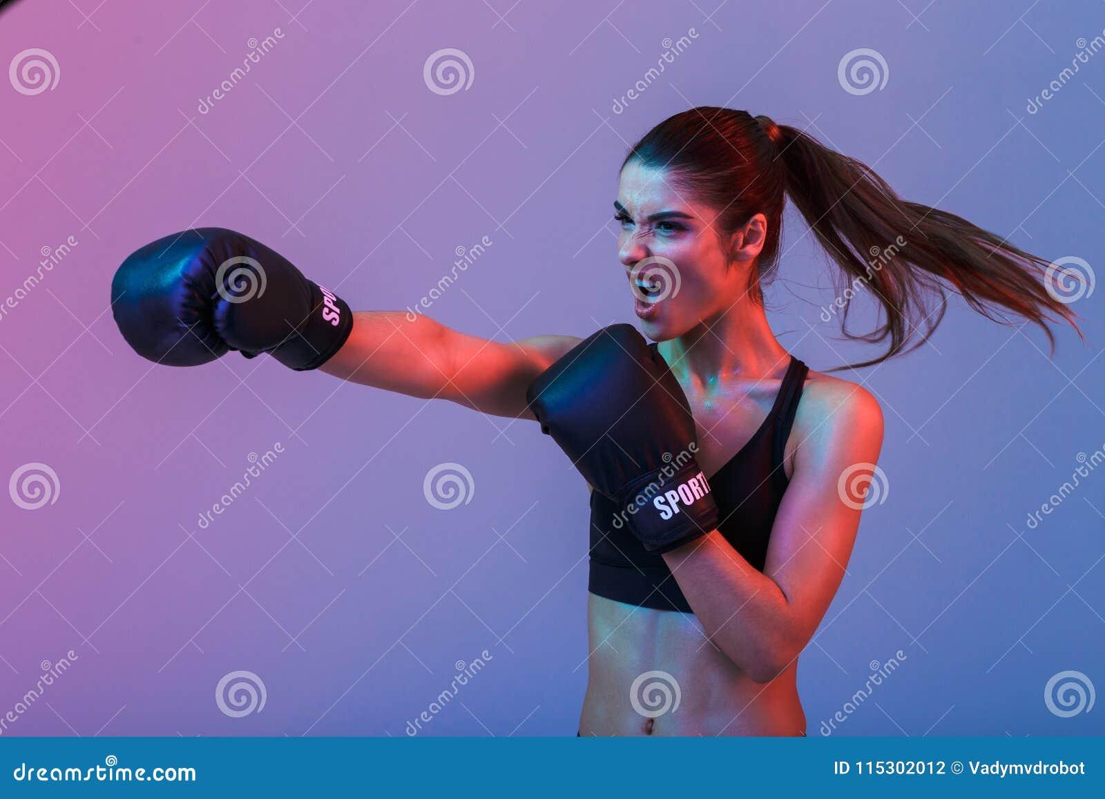 Foto de la mujer resulta 20s en ropa de deportes y el boxeo negro