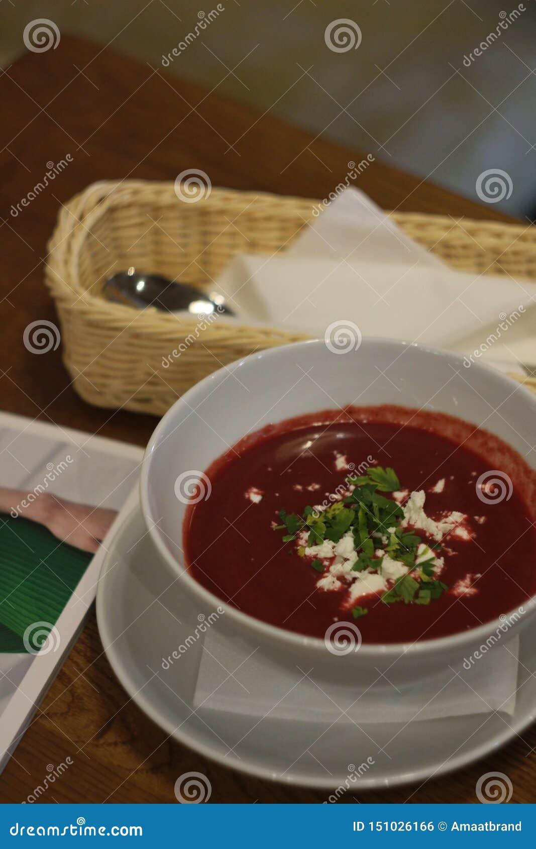 Foto de la sopa poner crema con un queso de la remolacha y de cabra