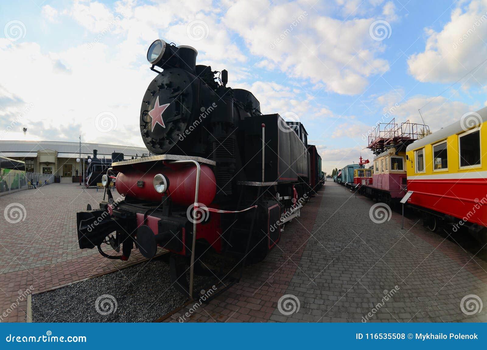 Foto de locomotivas de vapor pretas velhas da União Soviética A distorção forte do fisheye len