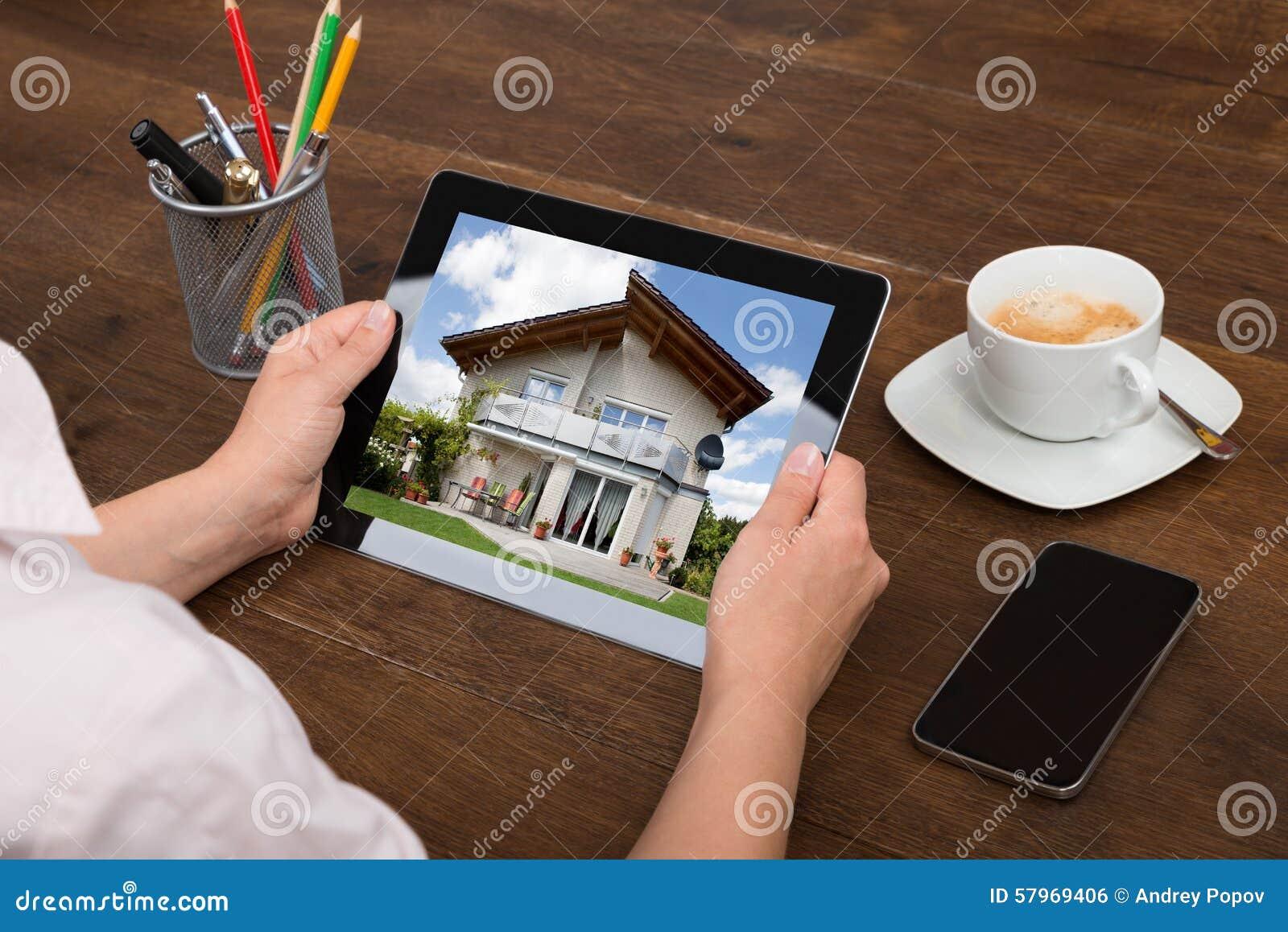 Foto de Looking At House do empresário na tabuleta de Digitas