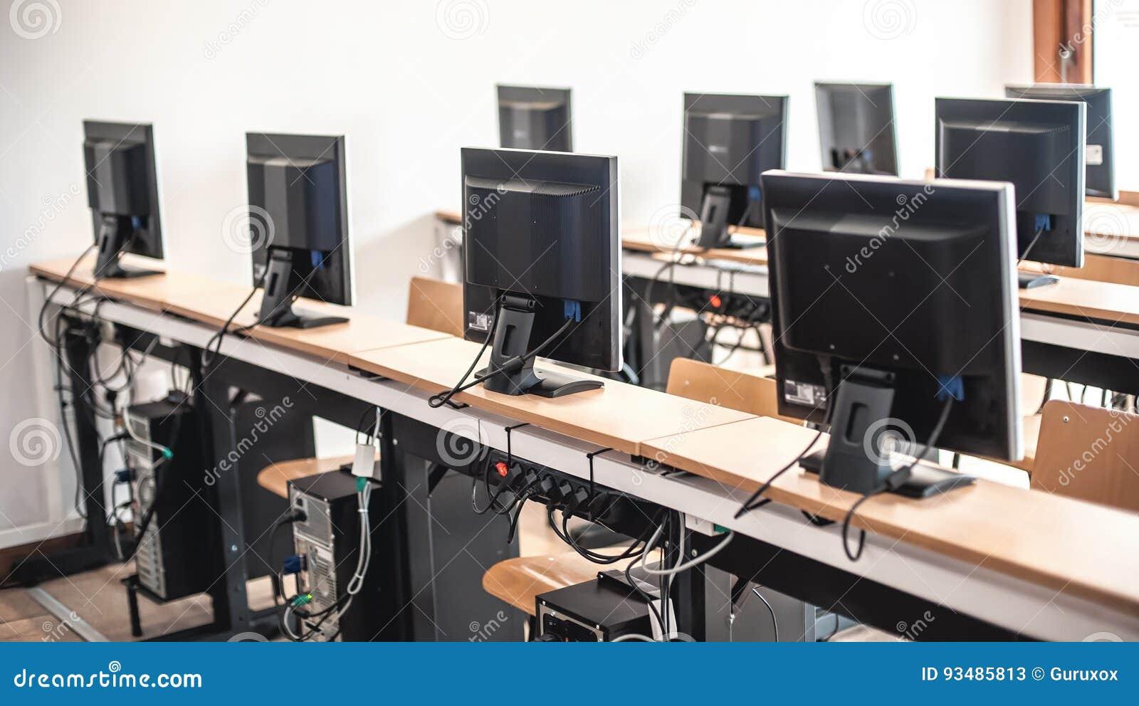 Foto de los ordenadores de la fila en la sala de clase o el otro institu educativo