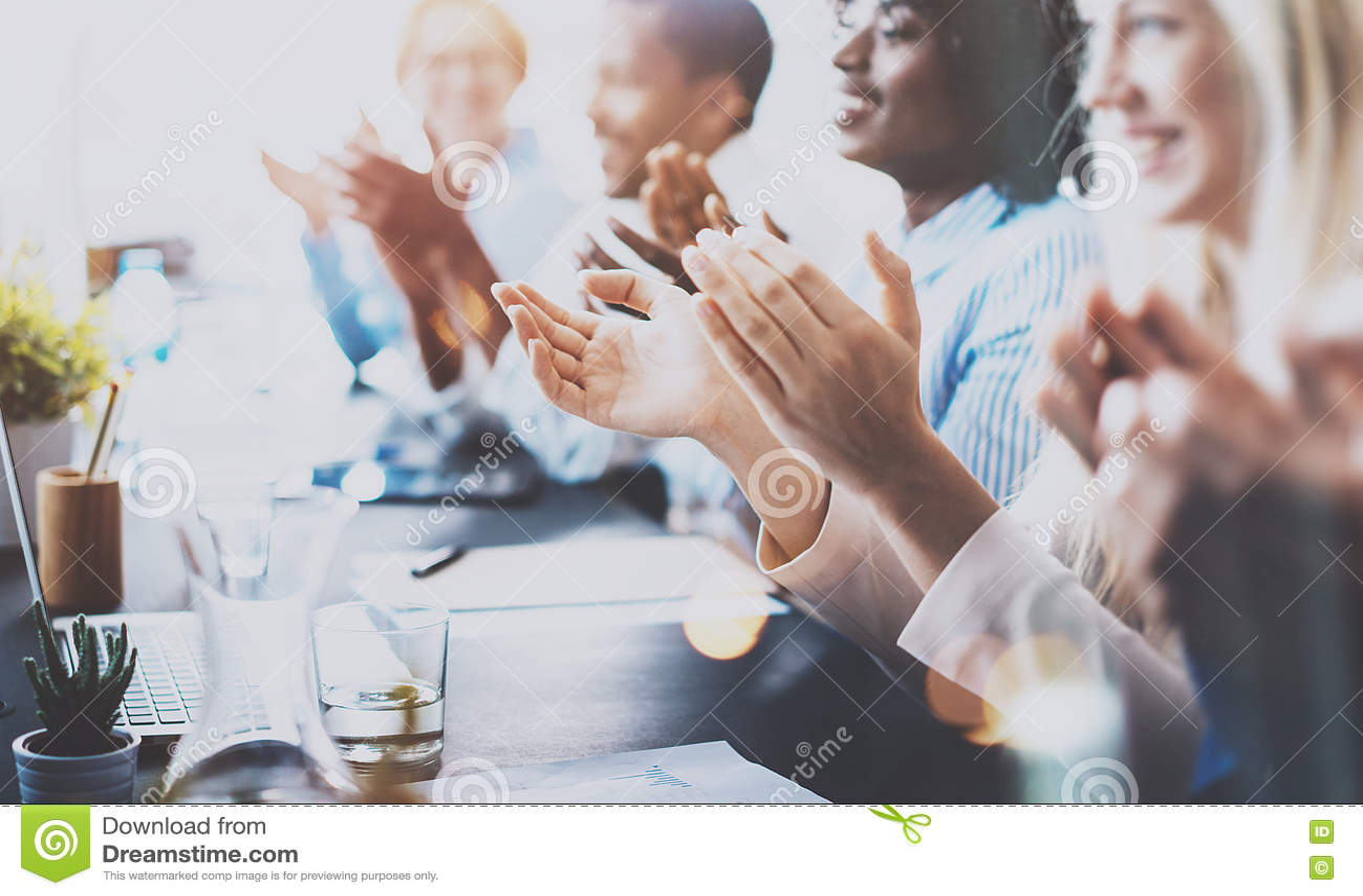 Foto de los socios que aplauden las manos después de seminario del negocio Educación profesional, reunión del trabajo, presentaci