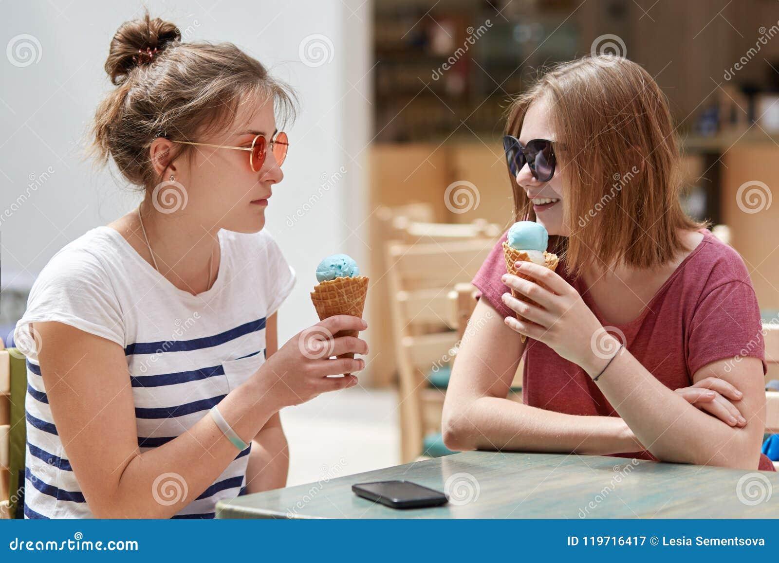 ba0f0eee4ffae A Foto De Modelos Fêmeas Novos Bonitos Veste óculos De Sol
