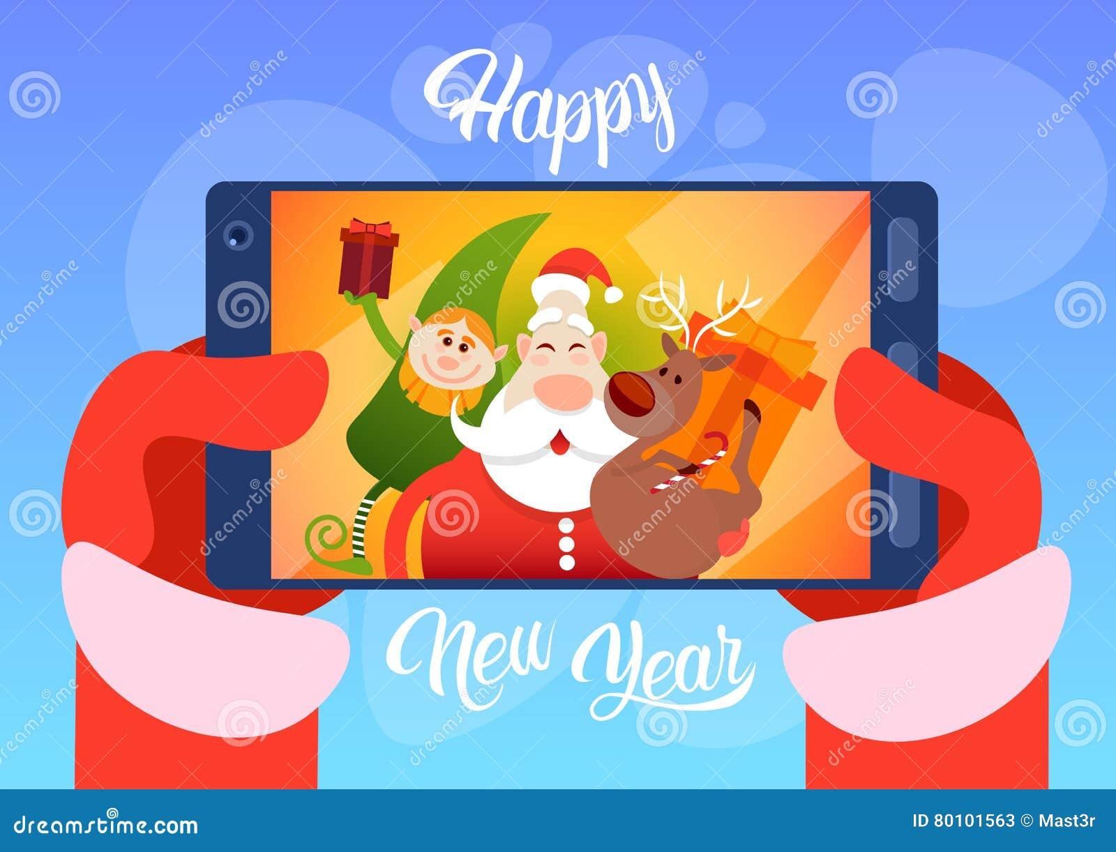Foto de Santa Claus With Reindeer Elfs Making Selfie, cartão do feriado do Natal do ano novo