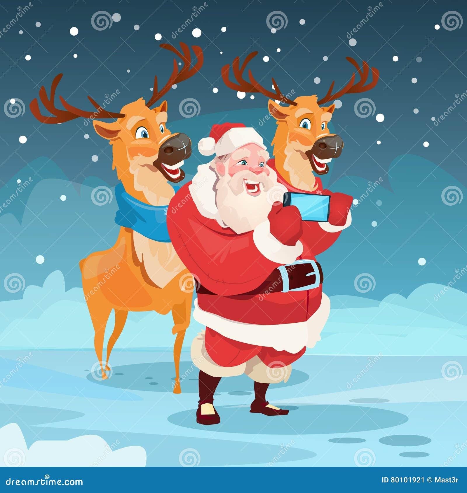 Foto de Santa Claus With Reindeer Making Selfie, cartão do feriado do Natal do ano novo