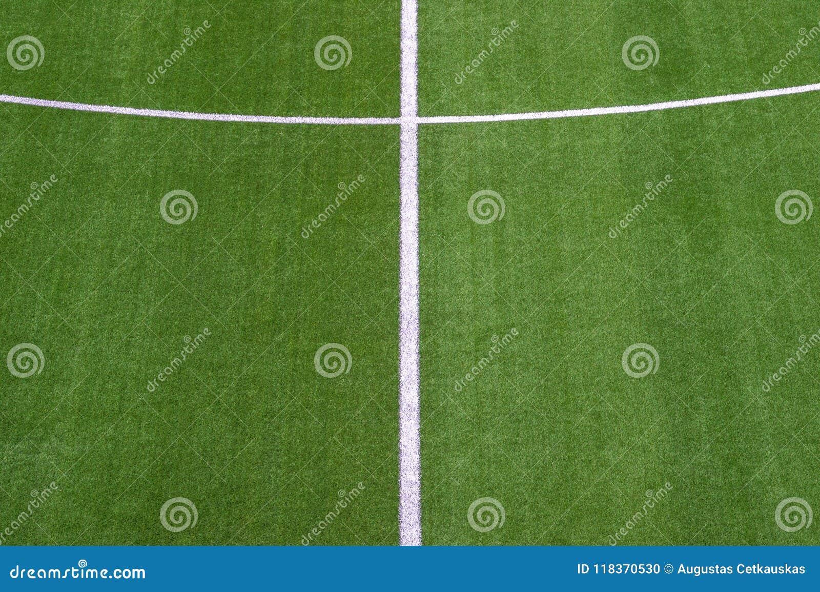 Foto de um campo de esportes sintético verde da grama com a linha branca sh