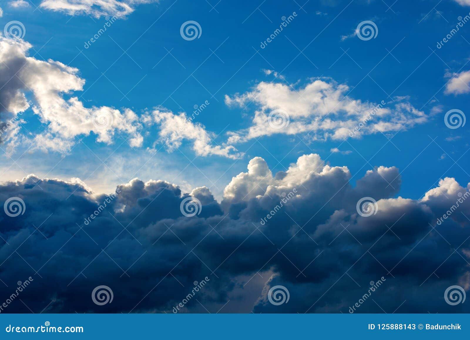 Foto de un cielo azul con las nubes oscuras