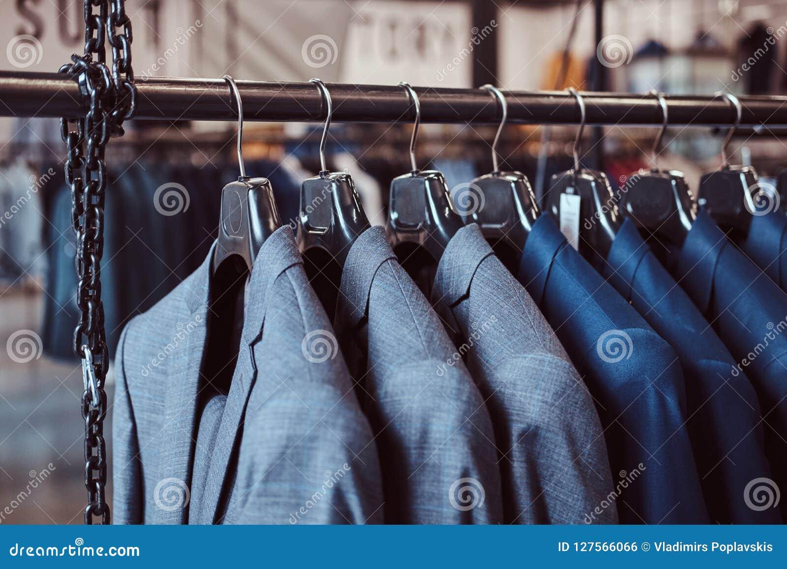 7bd1792bd Foto De Un Estante Con Las Chaquetas Del Traje En Una Tienda De La ...