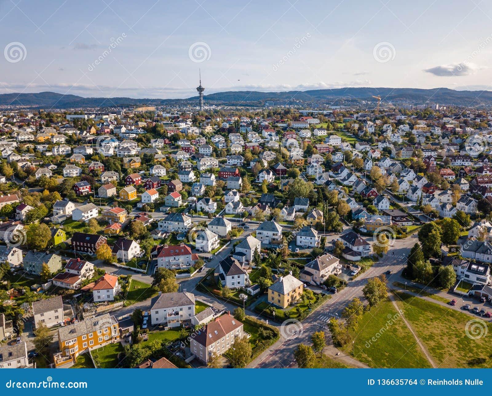 Foto del abejón de la ciudad Strondheim en Noruega en Sunny Summer Day con las montañas, el fiordo y el puerto en el fondo