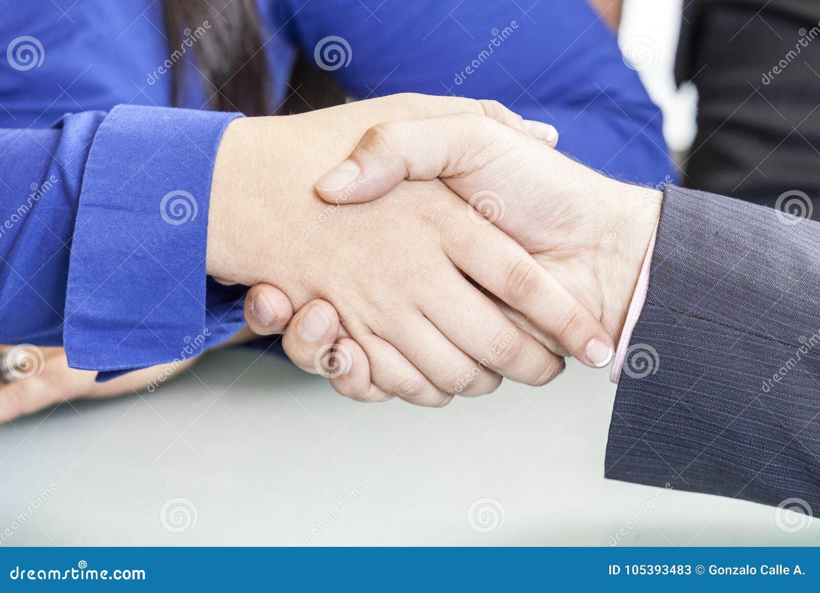 Foto del apretón de manos de socios comerciales después de firmar el contrato