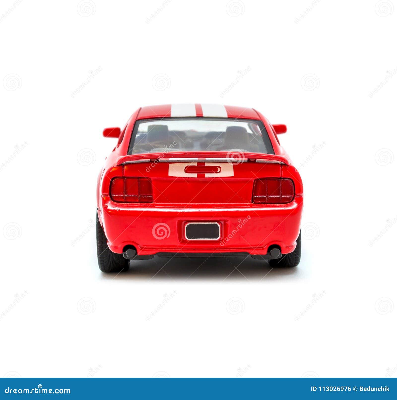Foto del coche modelo del juguete rojo aislado en el fondo blanco