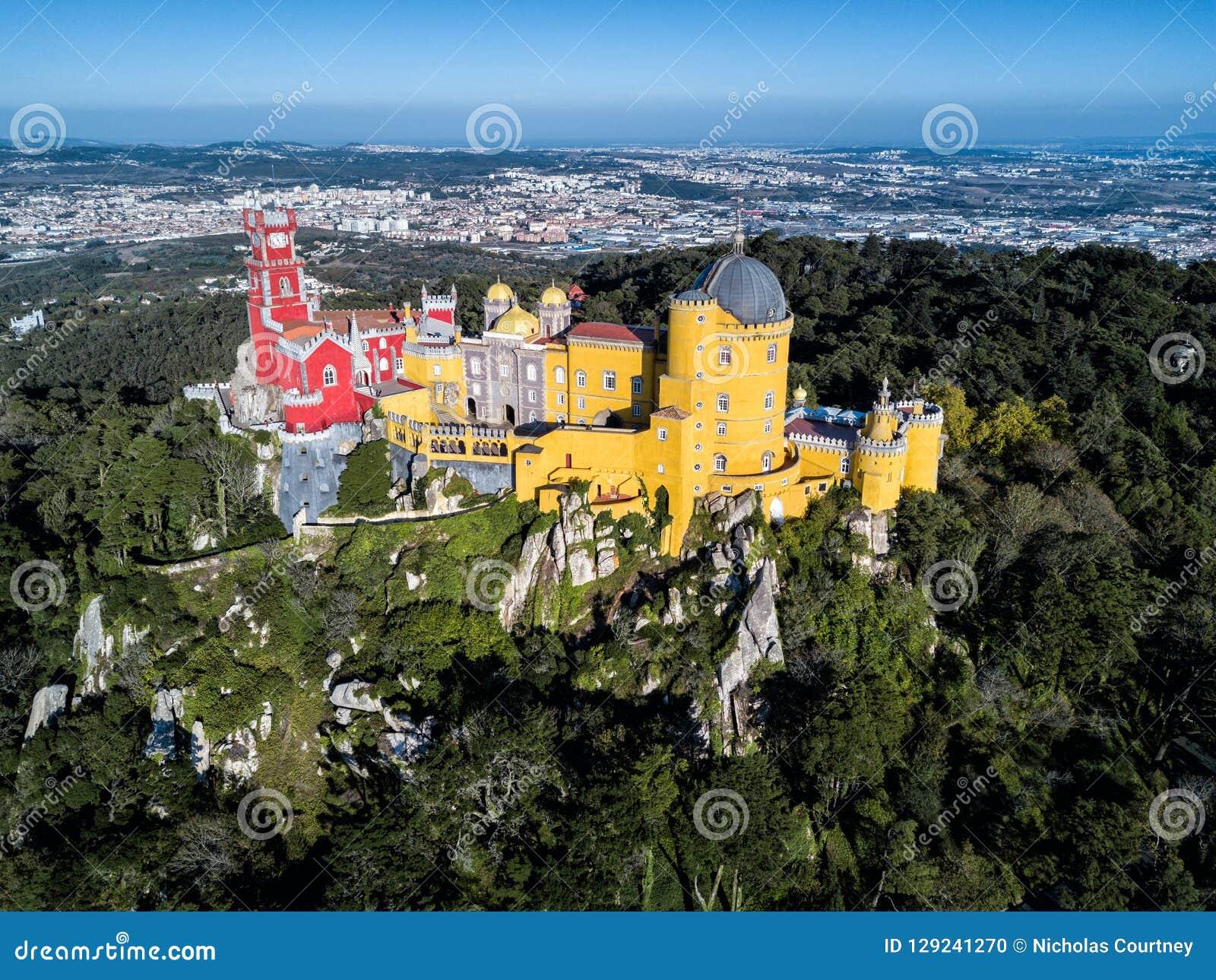 Foto del fuco - il castello attracca e del palazzo del cittadino di Sintra Sintra, Portogallo