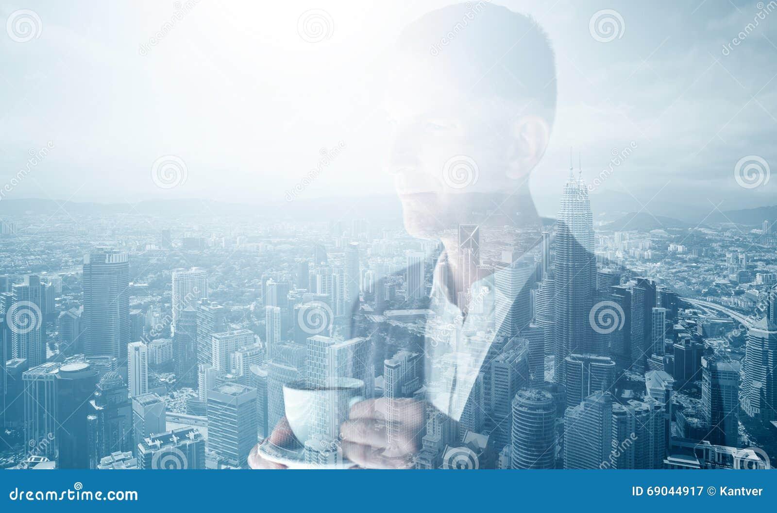 Foto del hombre de negocios adulto elegante que lleva el traje de moda y que sostiene el café de la taza Exposición doble, ciudad