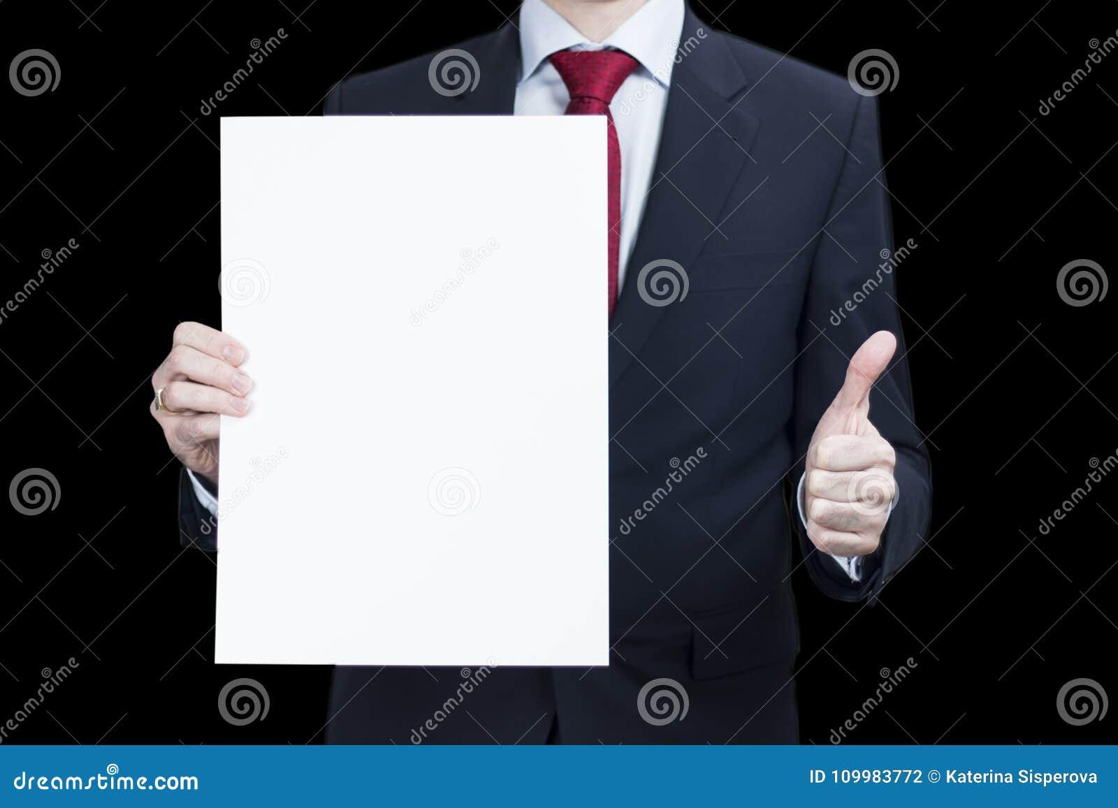 Foto del hombre de negocios que sostiene el cartel del papel en blanco para su anuncio y