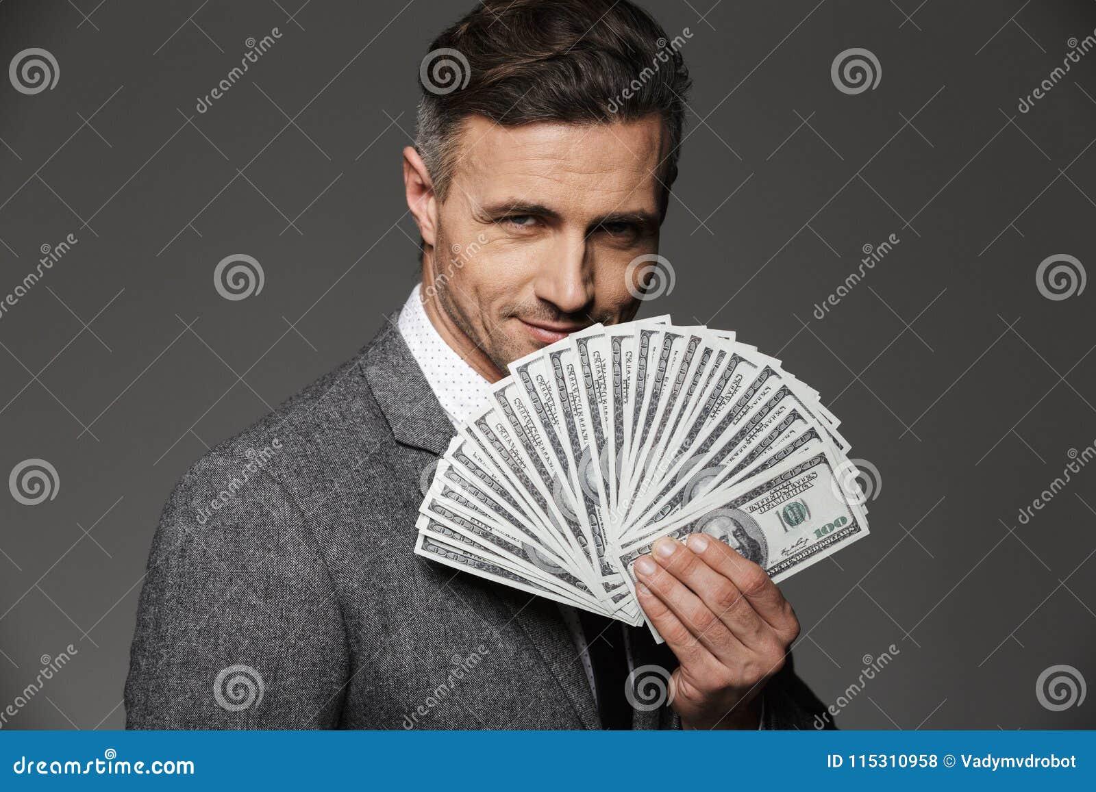 Foto del individuo rico y feliz 30s del empresario en el traje de negocios de
