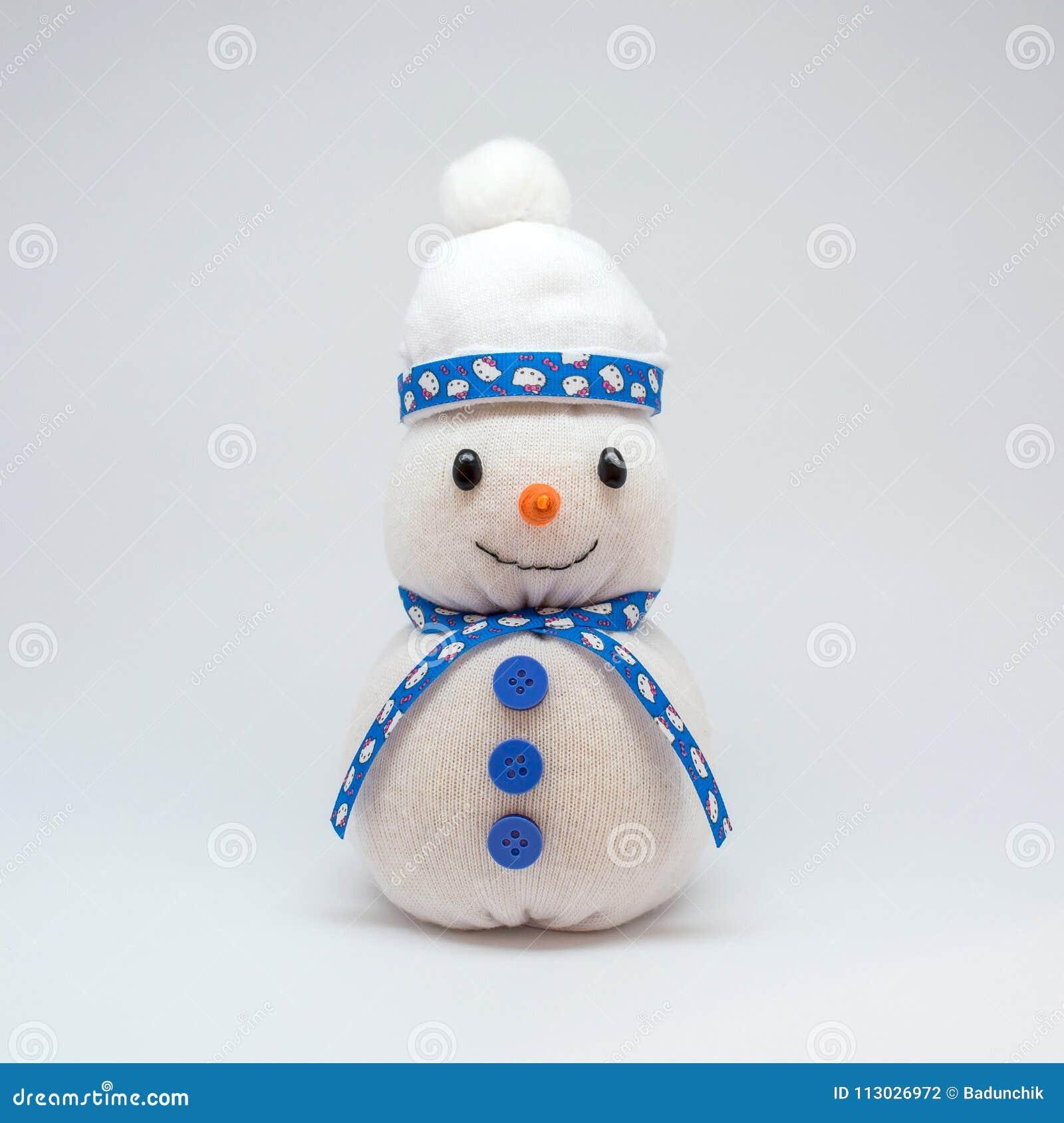 Foto del muñeco de nieve aislada en fondo neutral