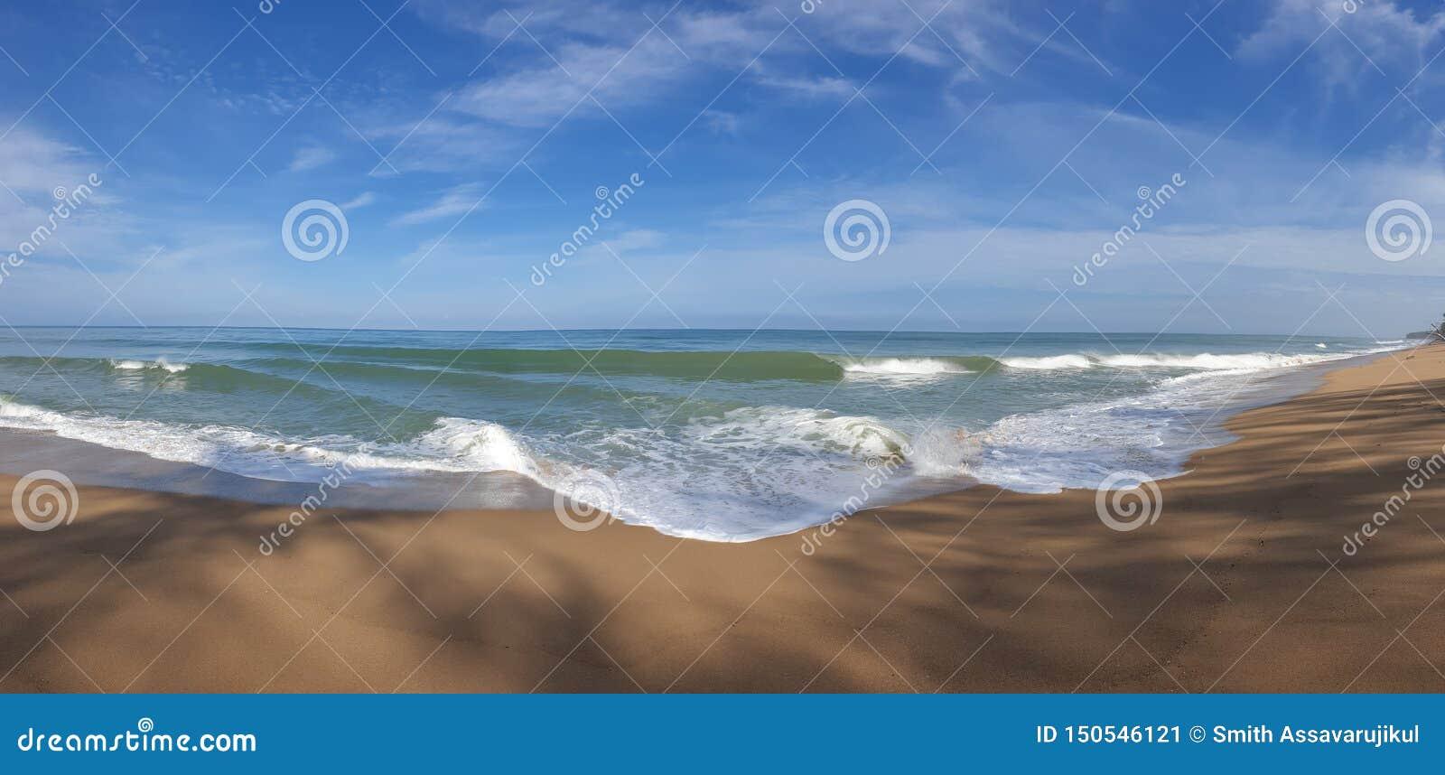 Foto del panorama de la playa con el mar alto y fuerte de la onda
