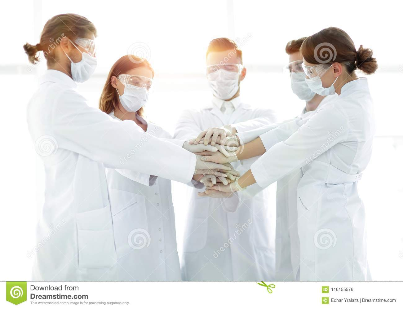 Foto del primer de los doctores Stacking Hand With Coworkers